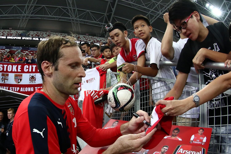 Peter Cech firma autografi ai suoi nuovi tifosi Gunners