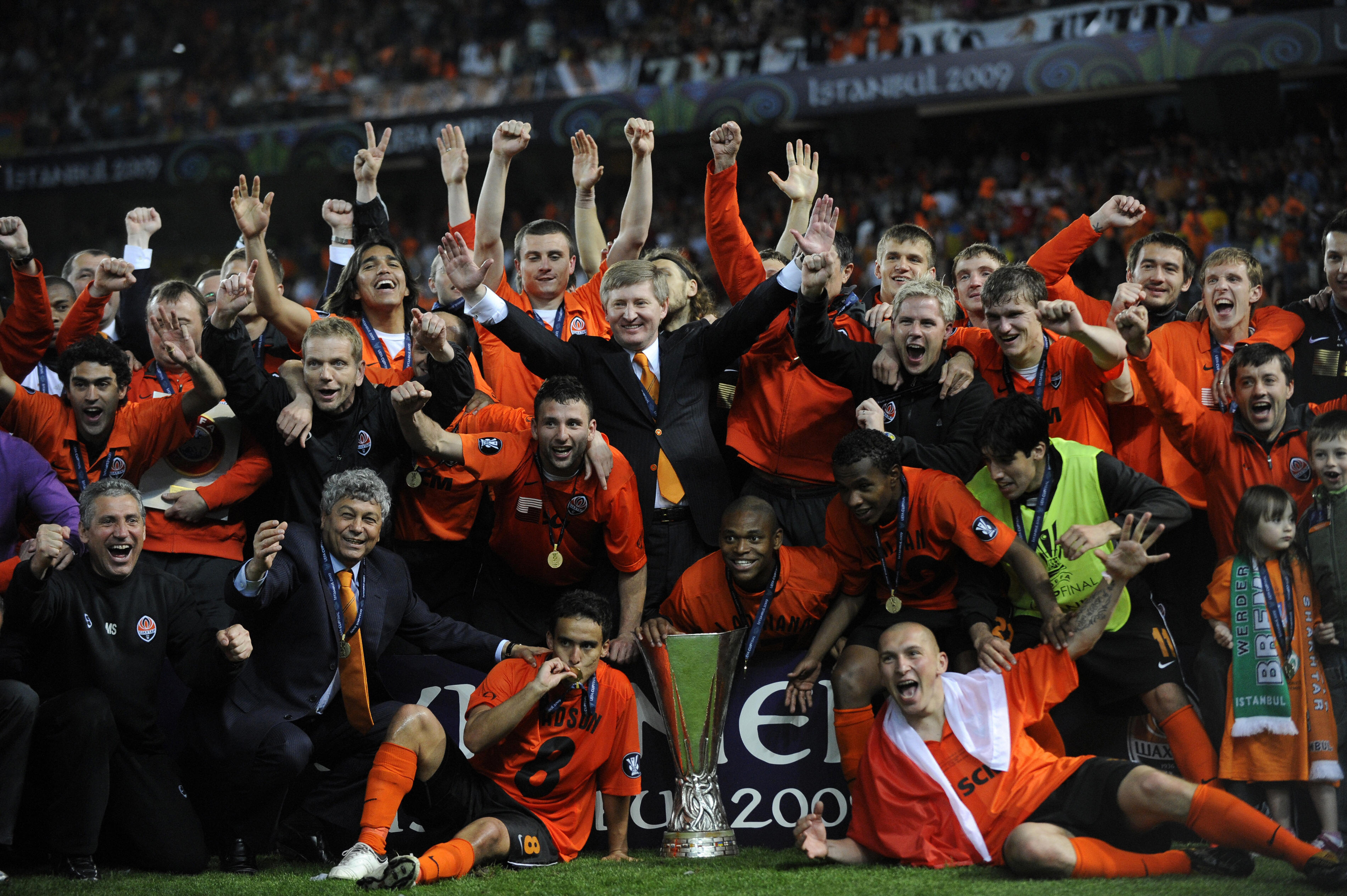 Shakhtar Donetsk players and coaches cel
