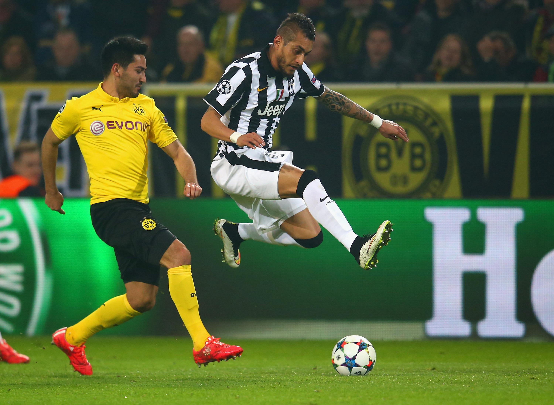 Un contrasto di gioco tra Gundogan e Pereyra negli ottavi di Champions League