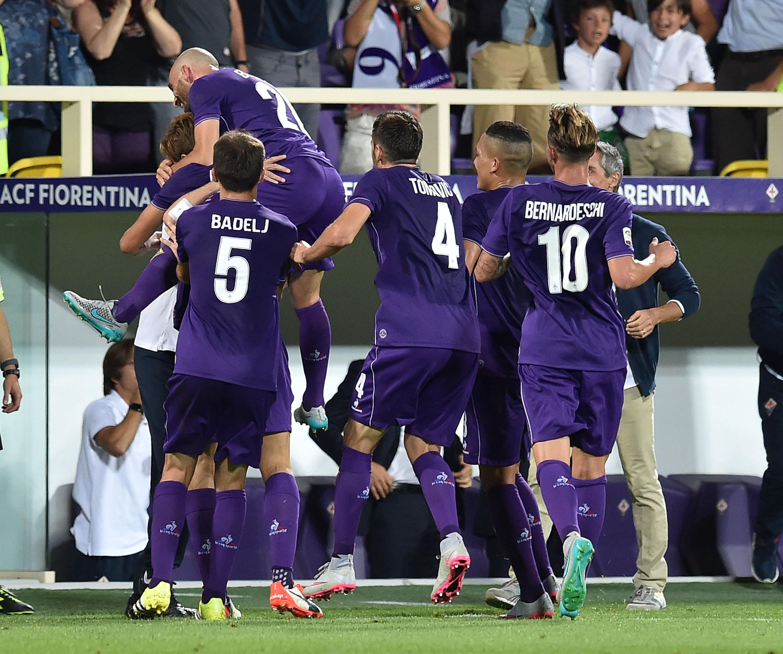 La Fiorentina in festa dopo il 2-0 contro il Milan nella prima giornata
