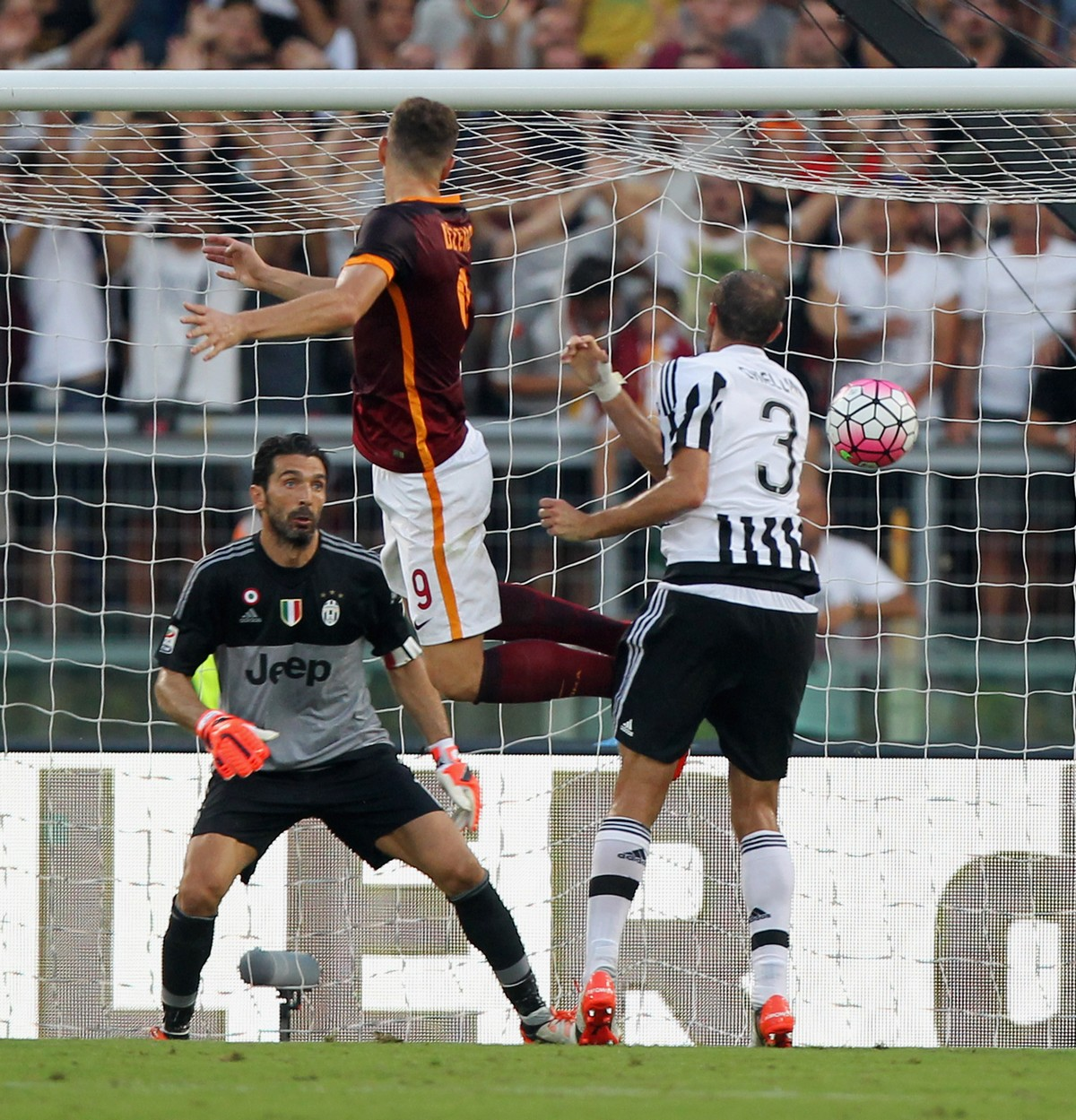 Il colpo di testa di Dzeko che ha trafitto Buffon per il 2-0