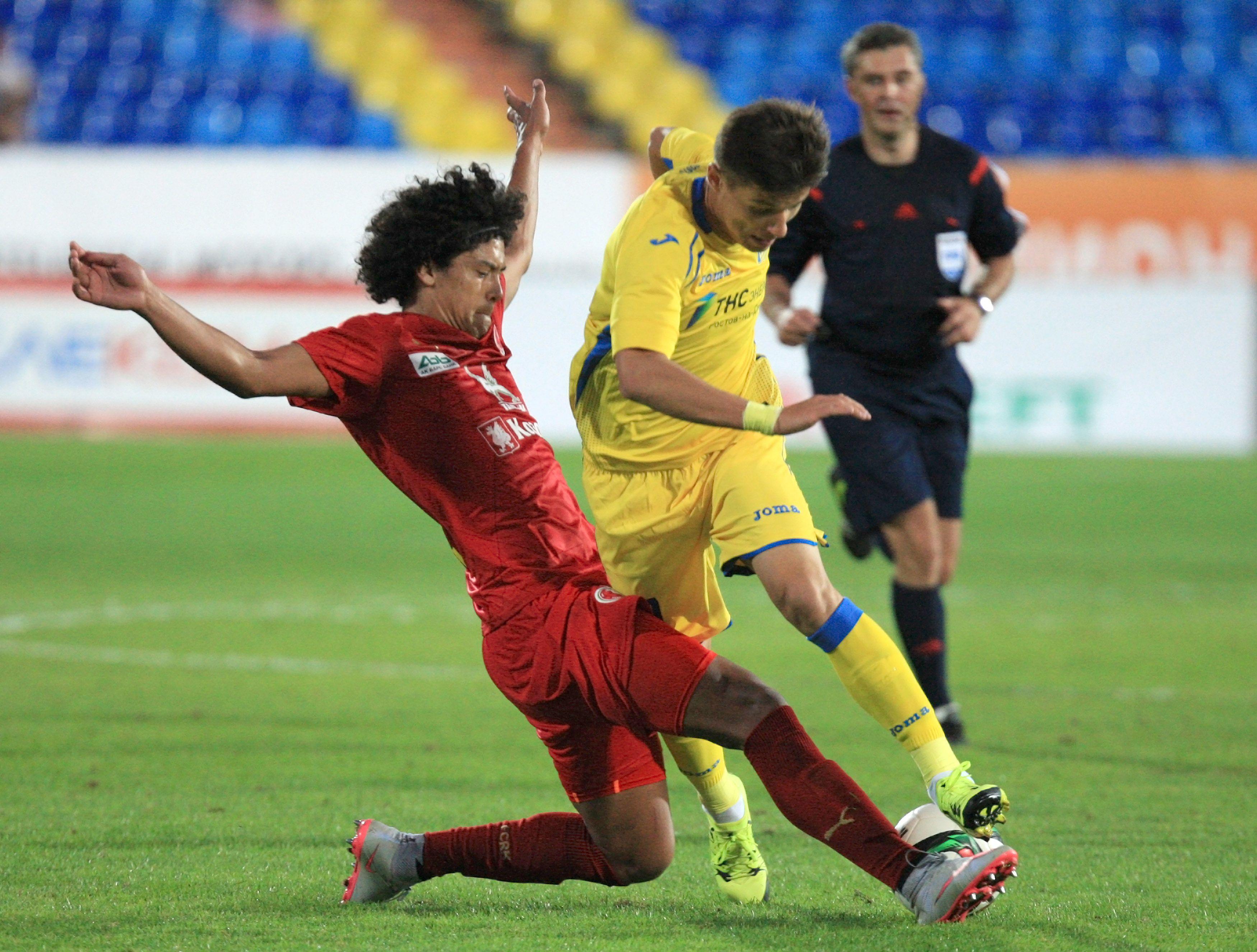 Mauricio Lemos del Rubin in contrasto con Dmitry Poloz del Rostov