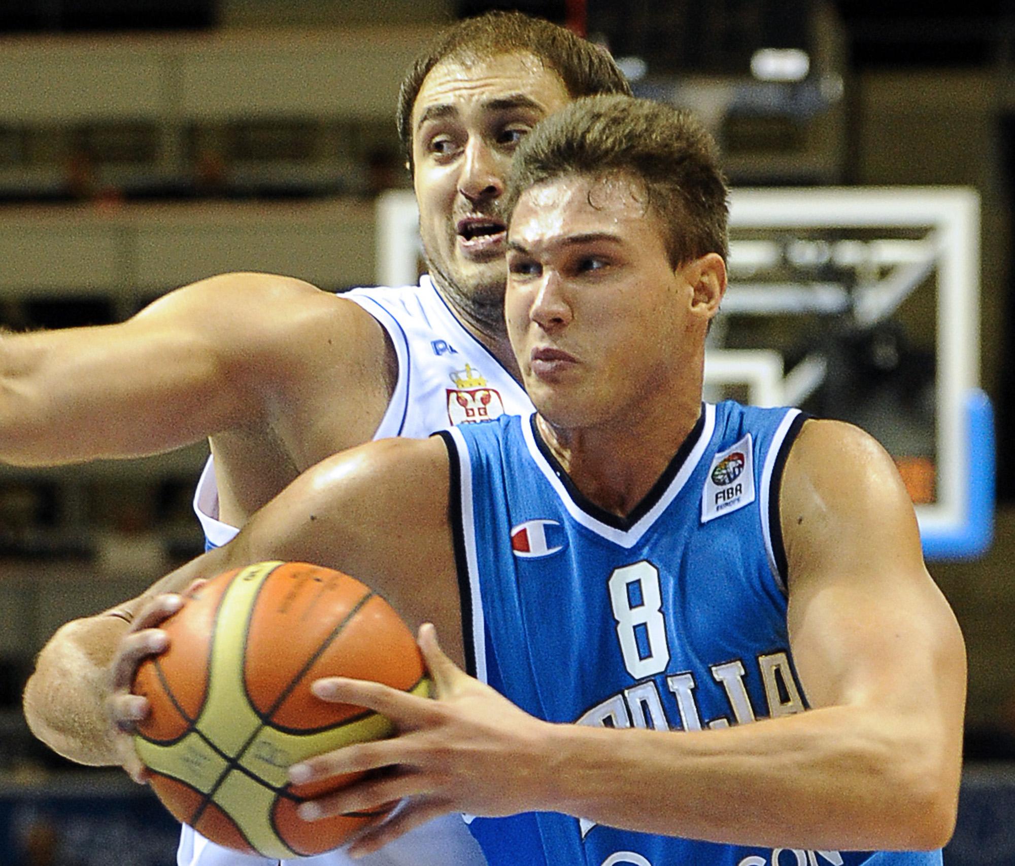 Italy's Danilo Gallinari (R) vies with S