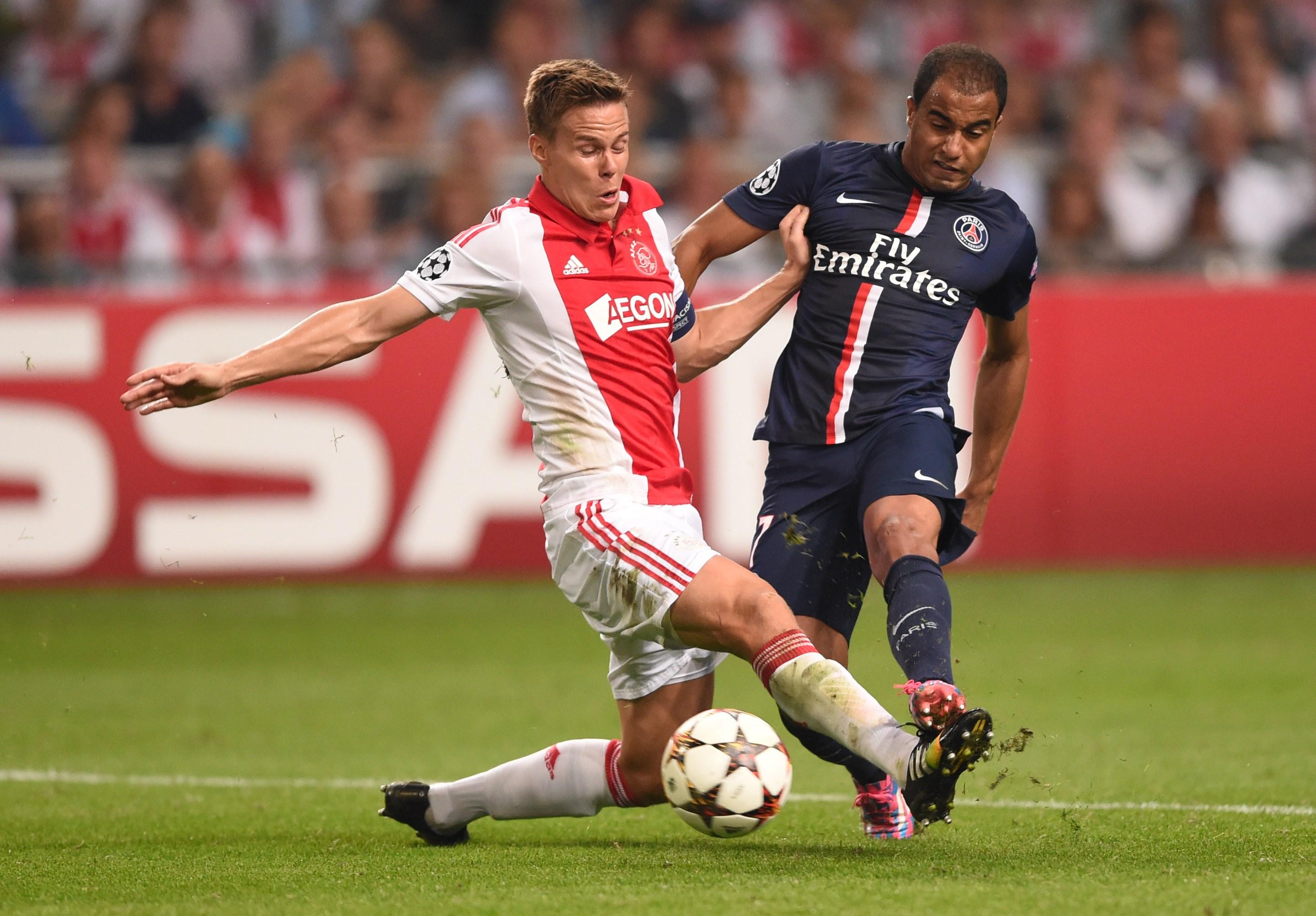 Niklas Moisander in azione con la maglia dell'Ajax