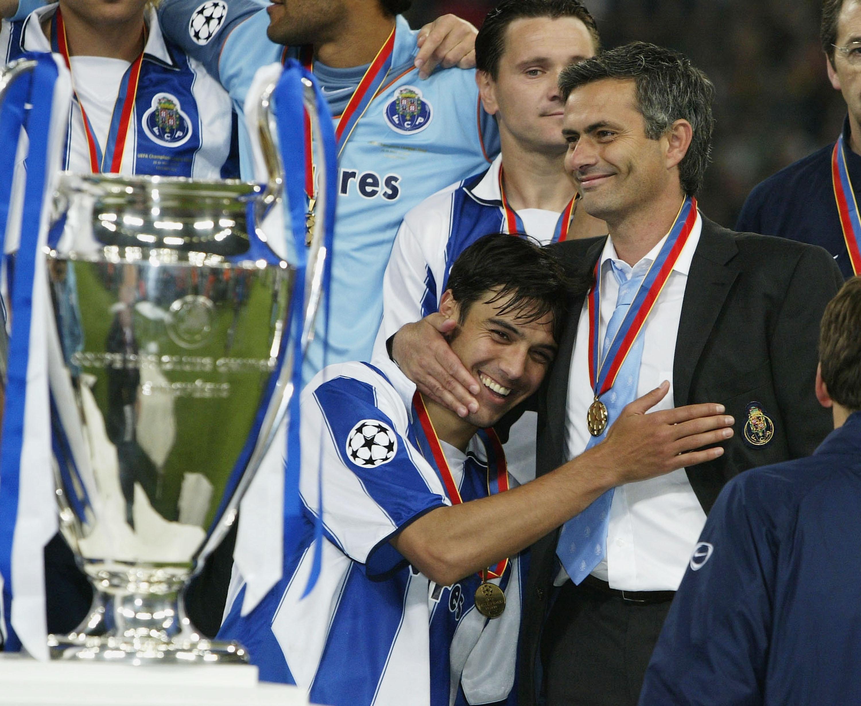 Josè Mourinho festeggia la Champions League conquistata col Porto nel 2004