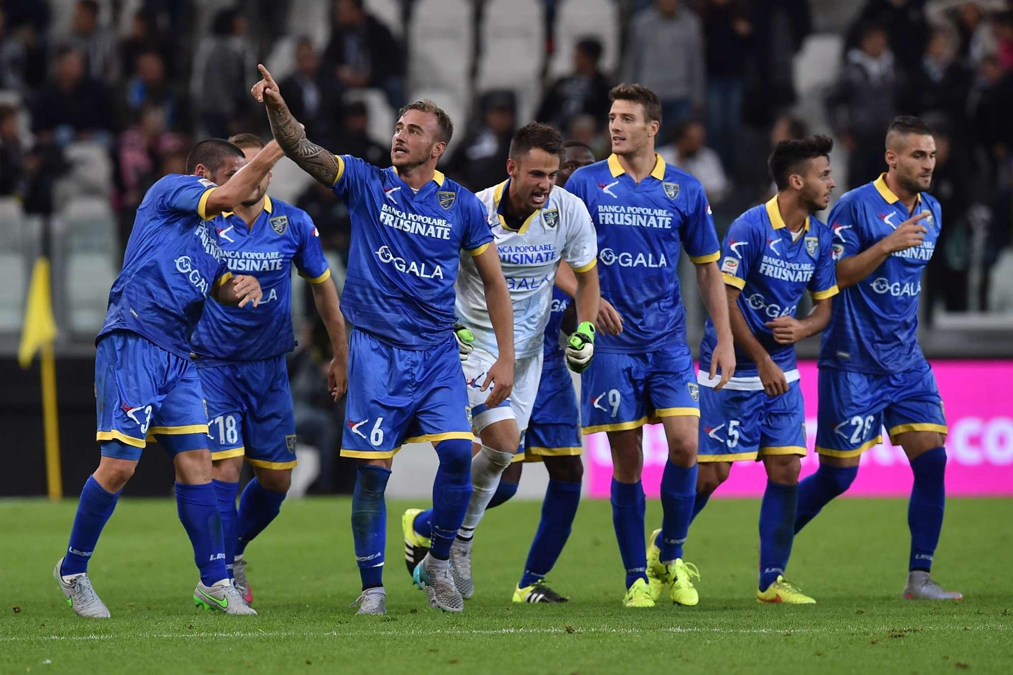 Il Frosinone festeggia il gol di Blanchard, che ha regalato il pareggio con la Juventus