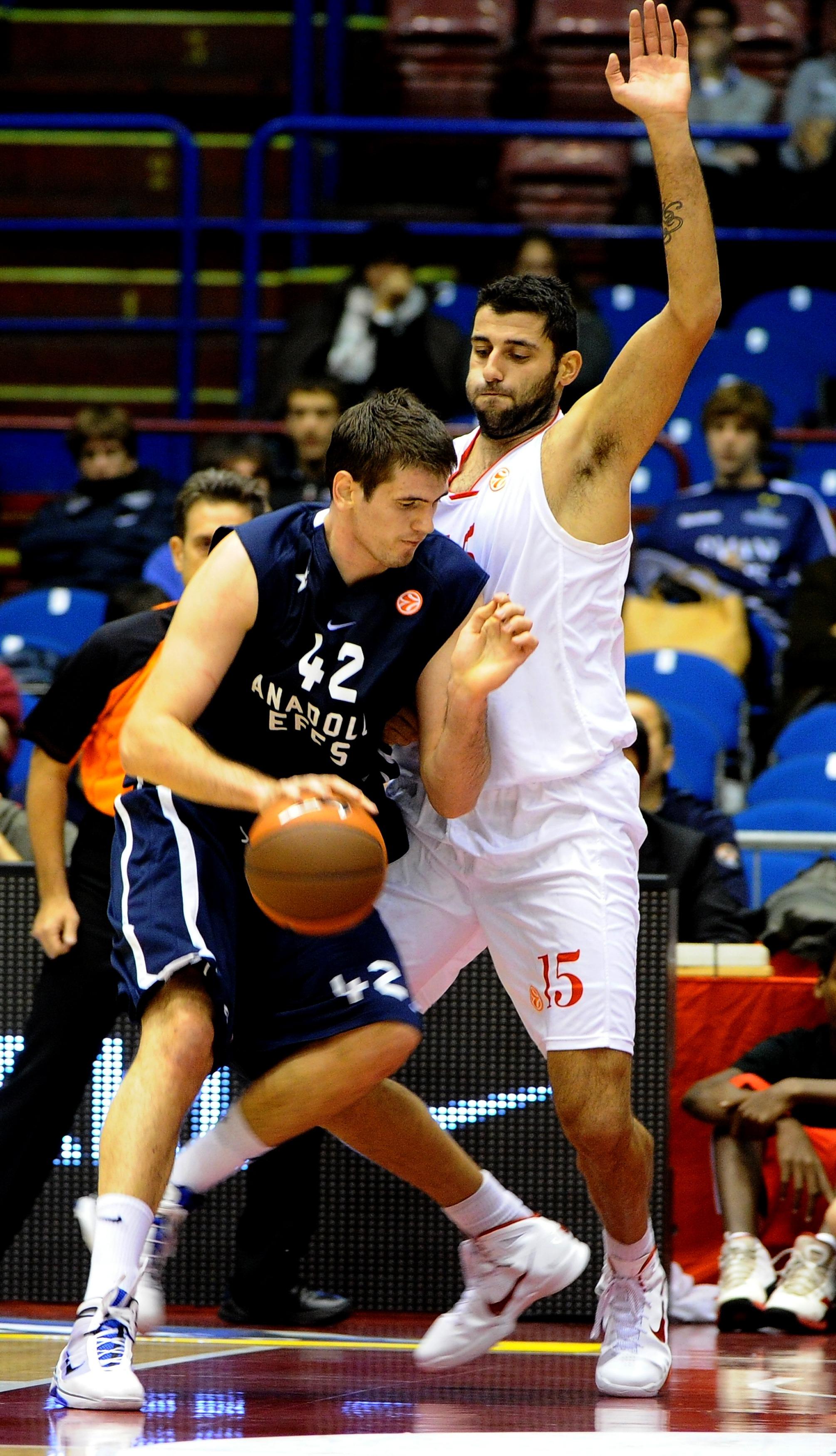 Stanko Barac contro Ioannis Bourousis, quando il primo vestiva la maglia dell'Efes e il secondo quella di Milano