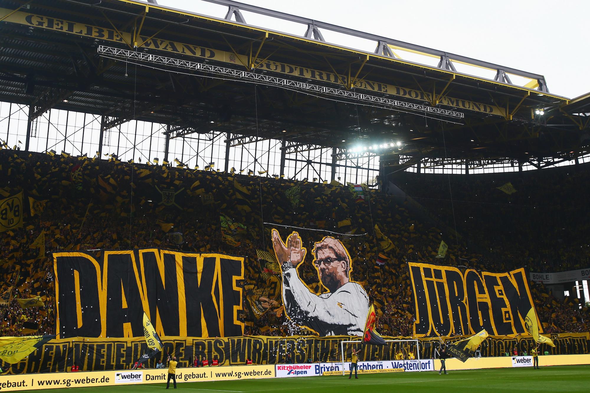 Lo striscione celebrativo per Klopp prima dell'ultima partita casalinga col Borussia