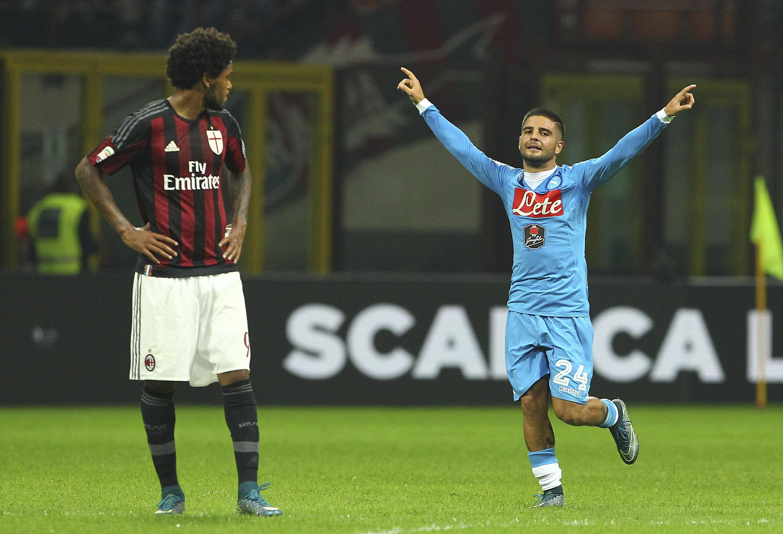 Luiz Adriano osserva perplesso Lorenzo Insigne, dominatore assoluto di San Siro in Milan-Napoli