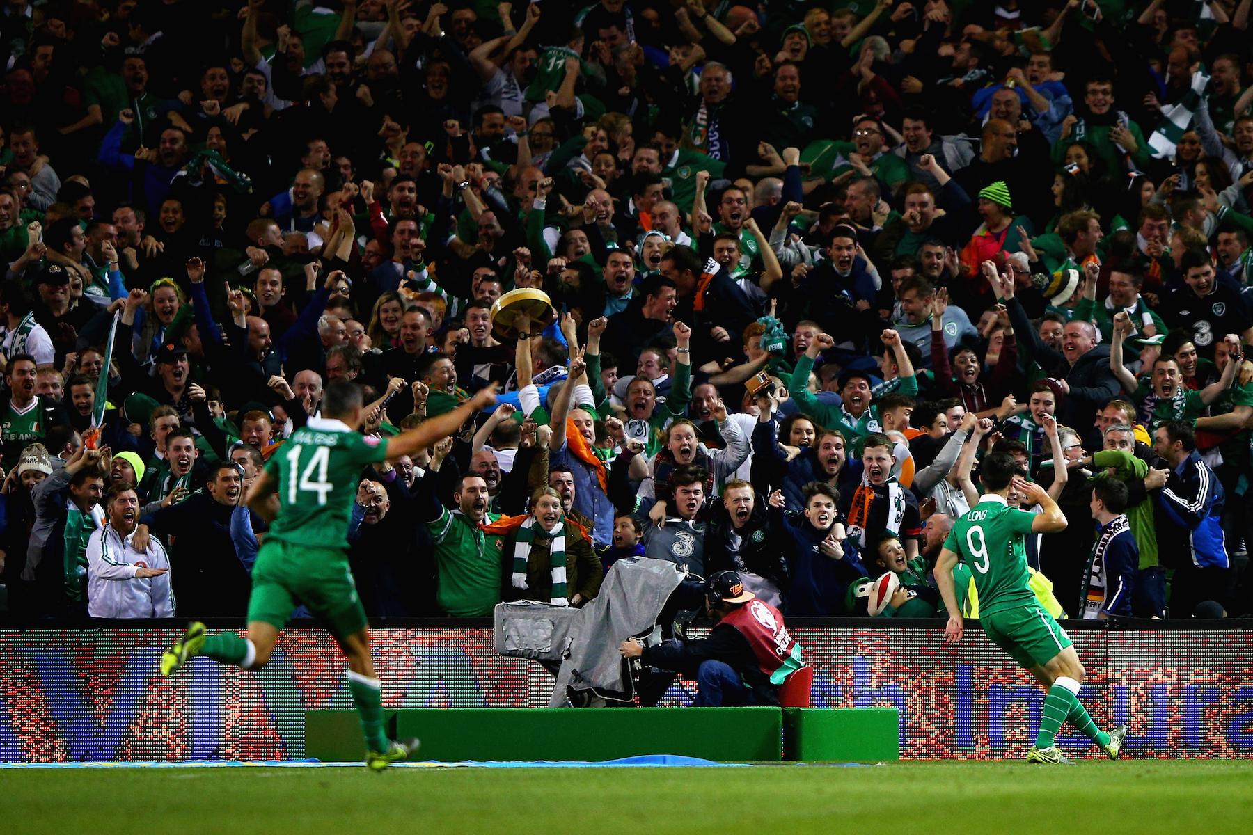 Shane Long festeggia sotto i suoi tifosi dopo il gol dell'1-0 contro la Germania