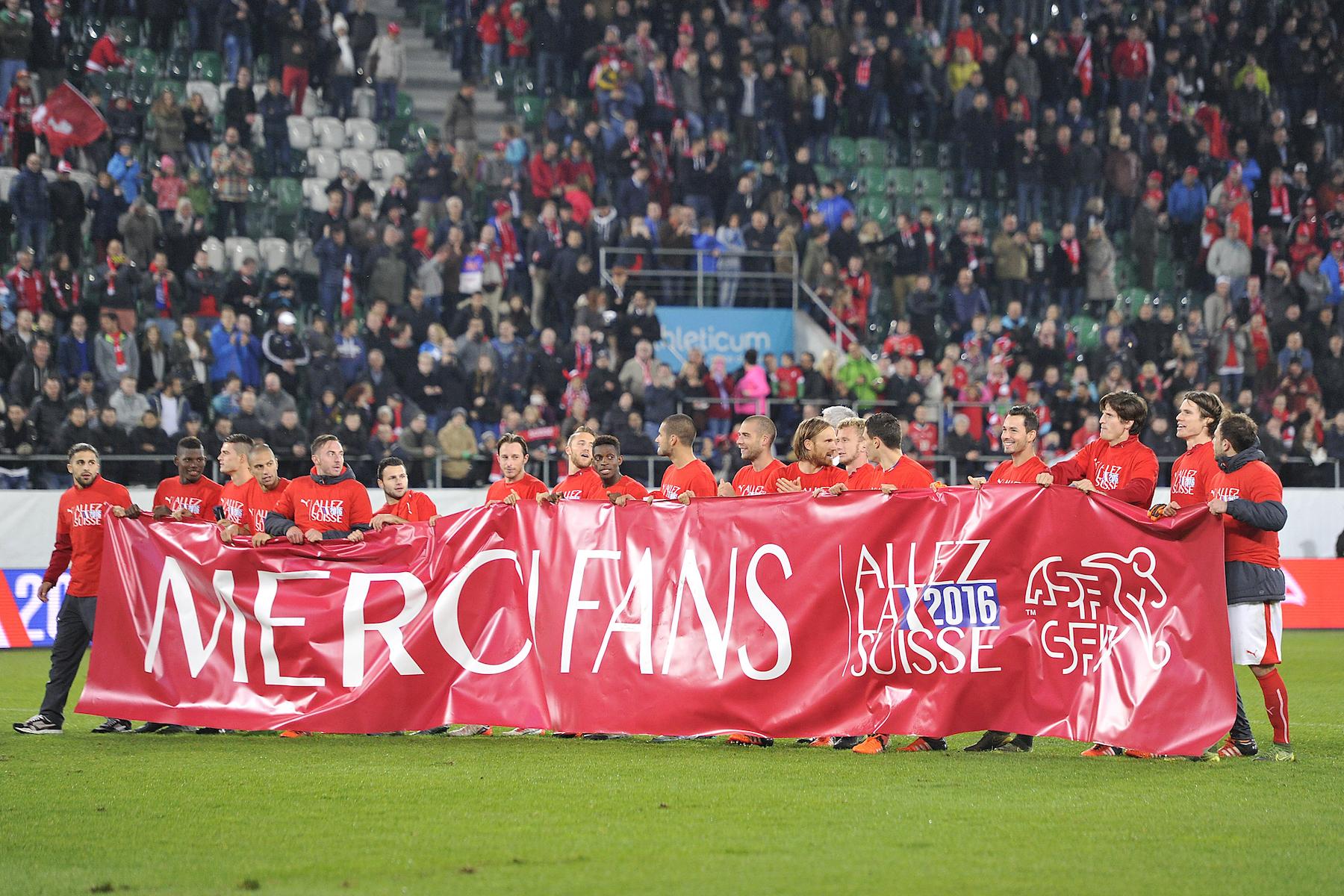 I giocatori svizzeri festeggiano la qualificazione a Euro 2016 e ringraziano con uno striscione i propri tifosi