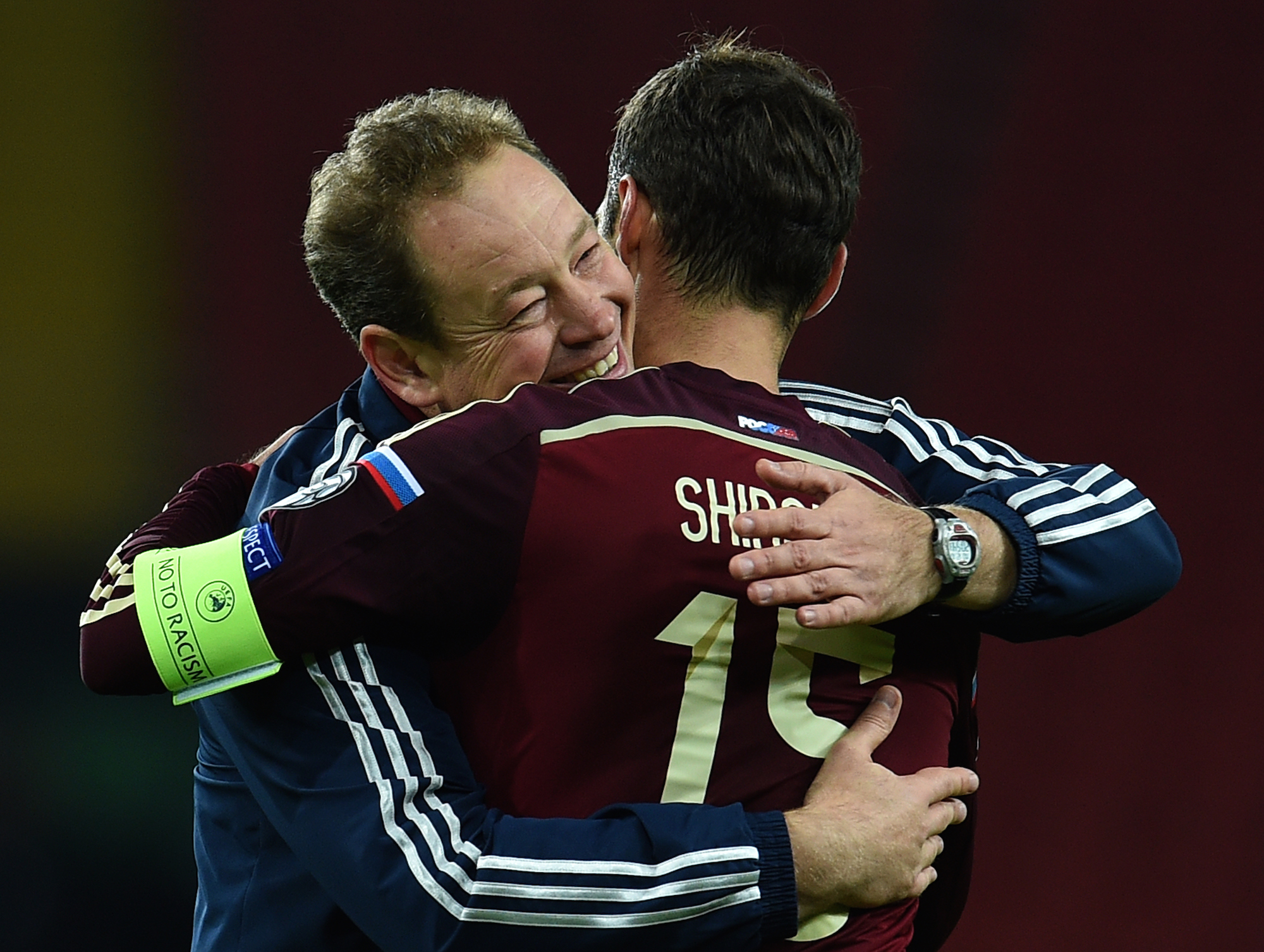 Leonid Sluckij festeggia con capitan Shirokov la qualificazione a Euro 2016