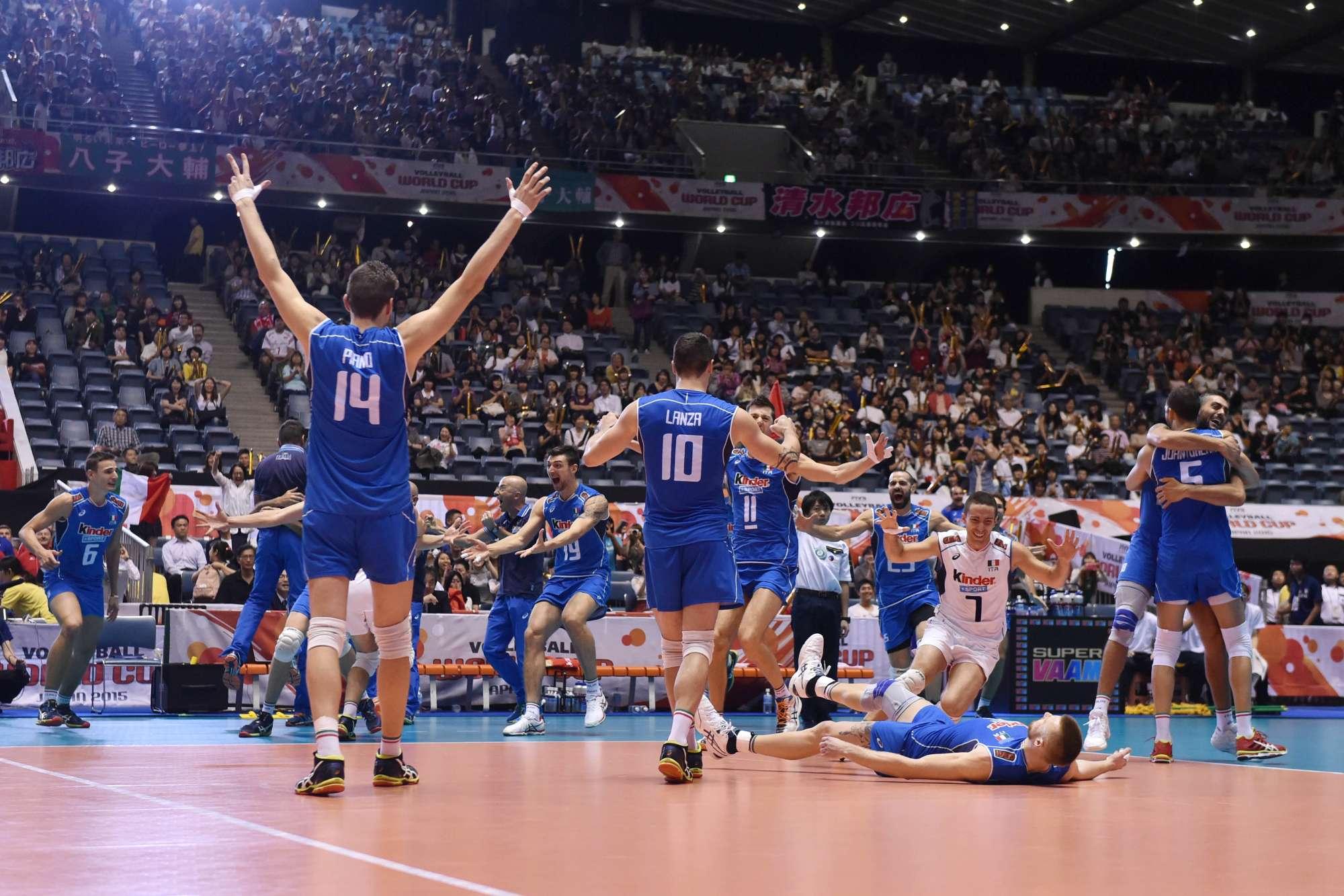Gli azzurri festeggiano la vittoria sulla Polonia nell'ultima World League