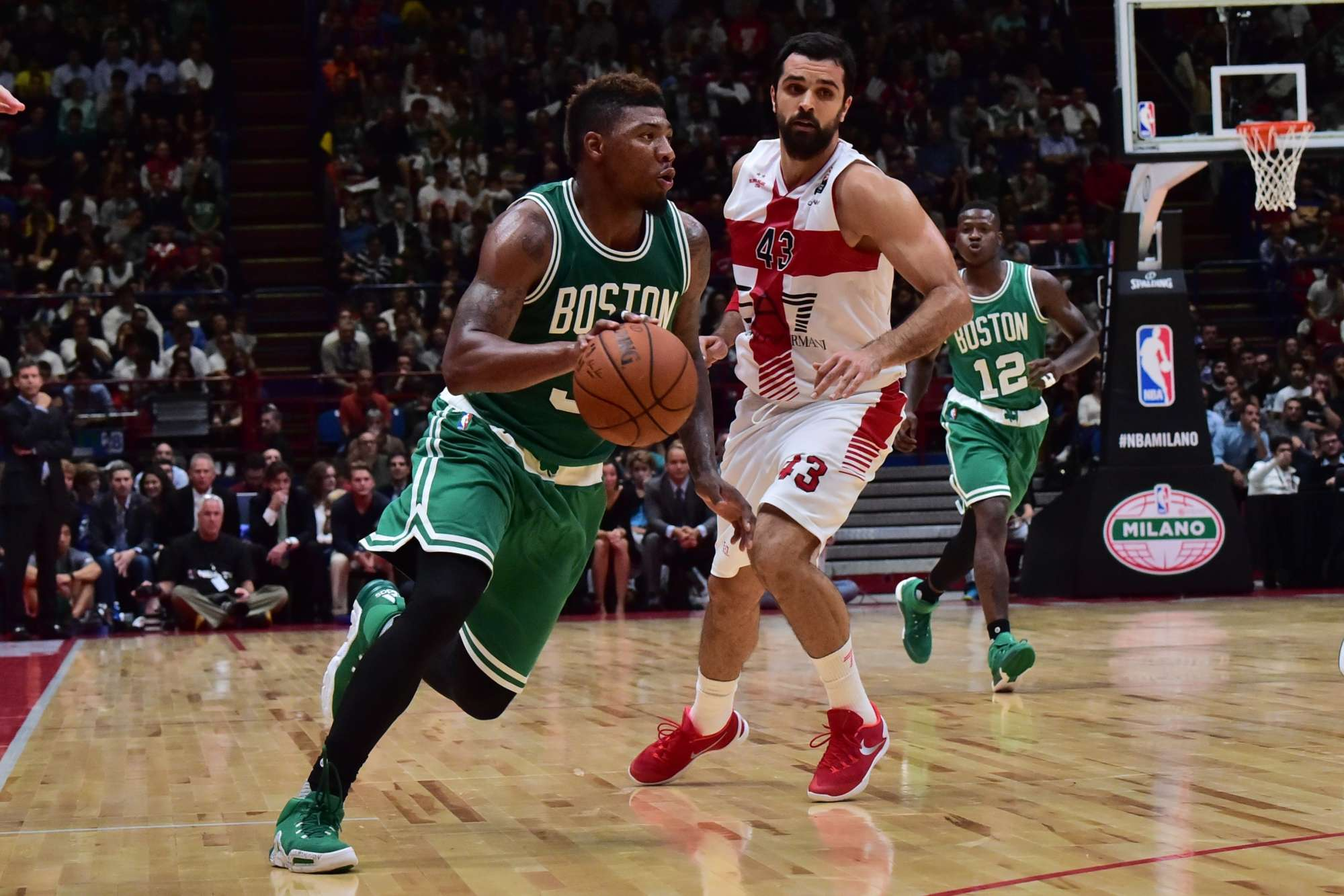 Kruno Simon in difesa su Marcus Smart nel match amichevole contro i Boston Celtics