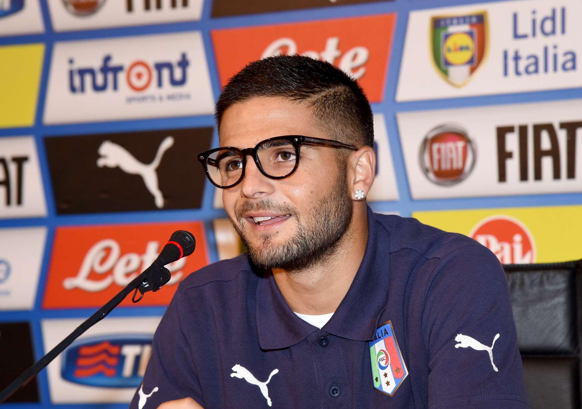 Lorenzo Insigne nella conferenza stampa a Coverciano, con la maglia dell'Italia