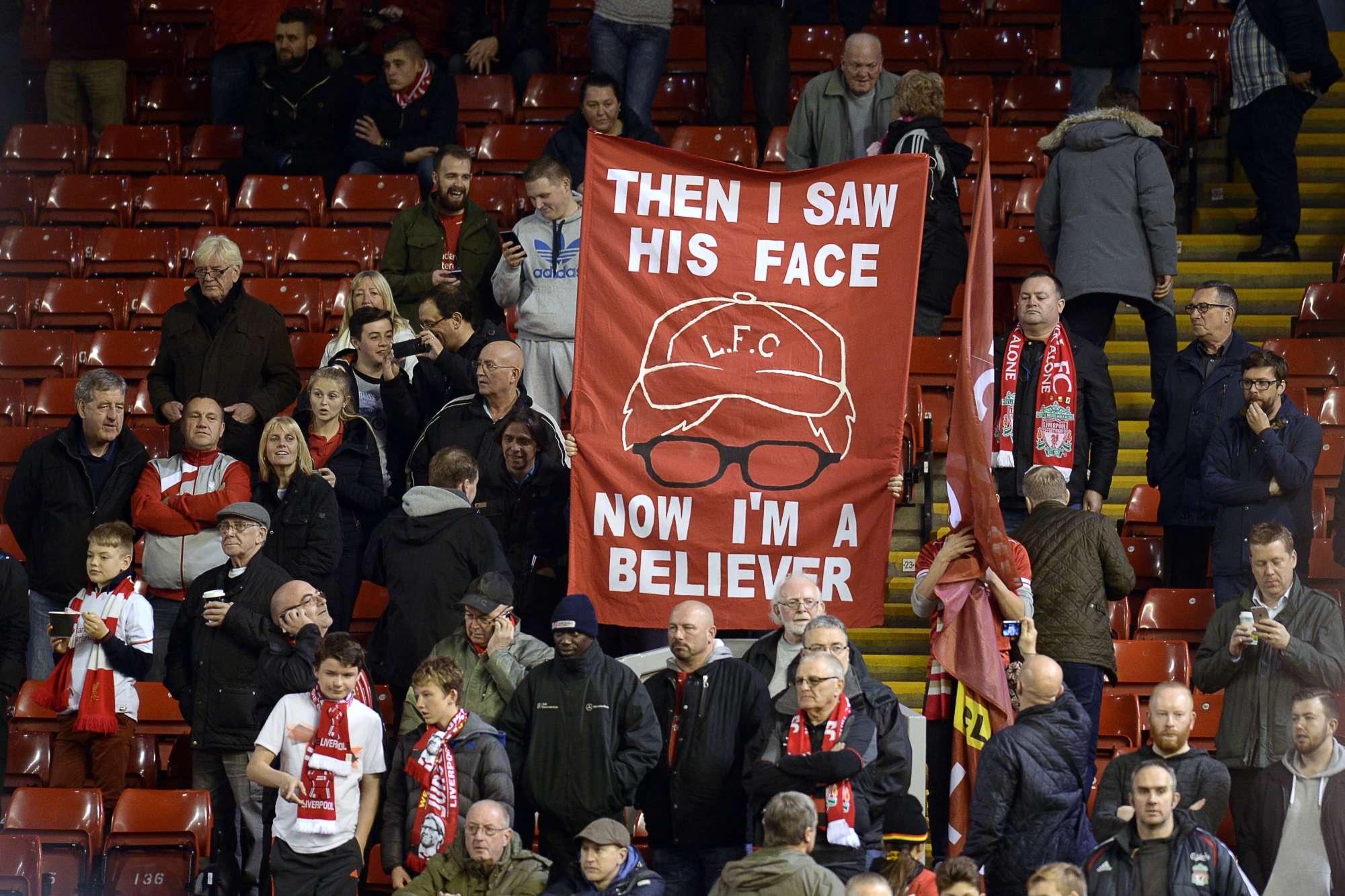 Uno striscione dei tifosi Reds, che credono nel tecnico Klopp
