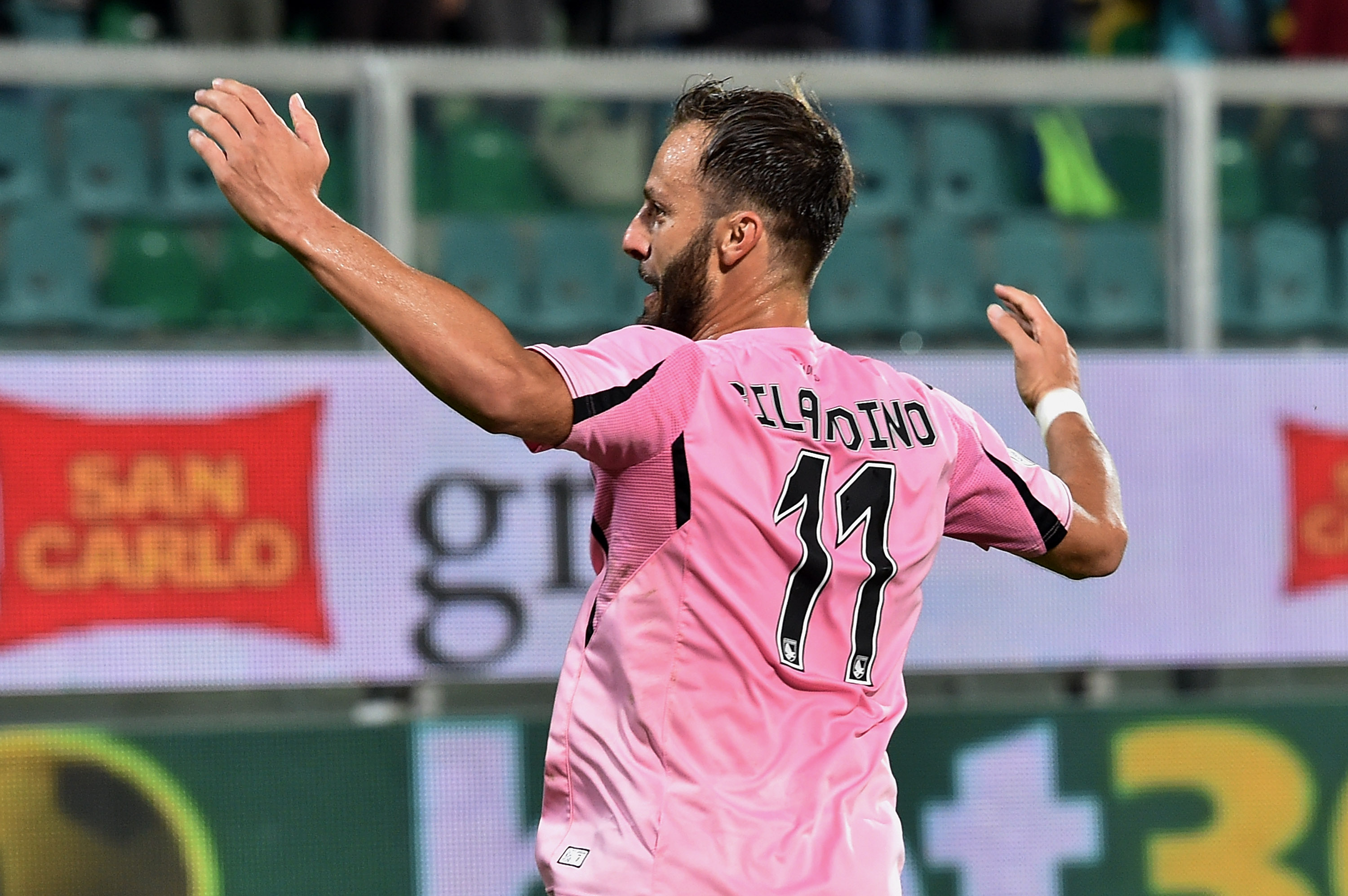 PALERMO, ITALY - OCTOBER 24: Alberto Gilardino of Palermo celebrates after scoring the equalizing goal during the Serie a match between US Citta di Palermo and FC Internazionale Milano at Stadio Renzo Barbera on October 24, 2015 in Palermo, Italy. (Photo by Tullio M. Puglia/Getty Images)