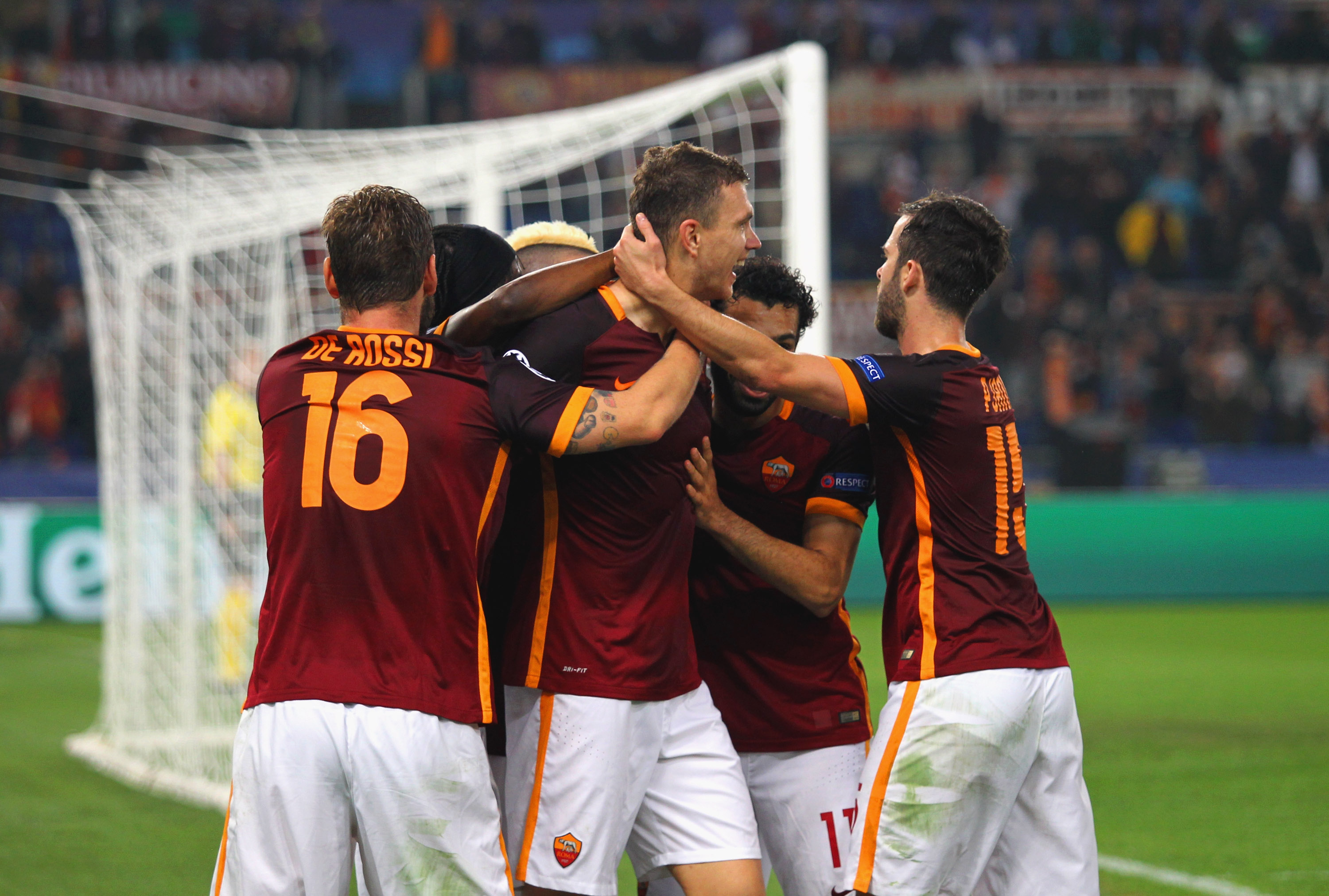 ROME, ITALY - NOVEMBER 04: Edin Dzeko with his teammates of AS Roma celebrates after scoring the team's second goal during the UEFA Champions League Group E match between AS Roma and Bayer 04 Leverkusen at Olimpico Stadium on November 4, 2015 in Rome, Italy. (Photo by Paolo Bruno/Getty Images)