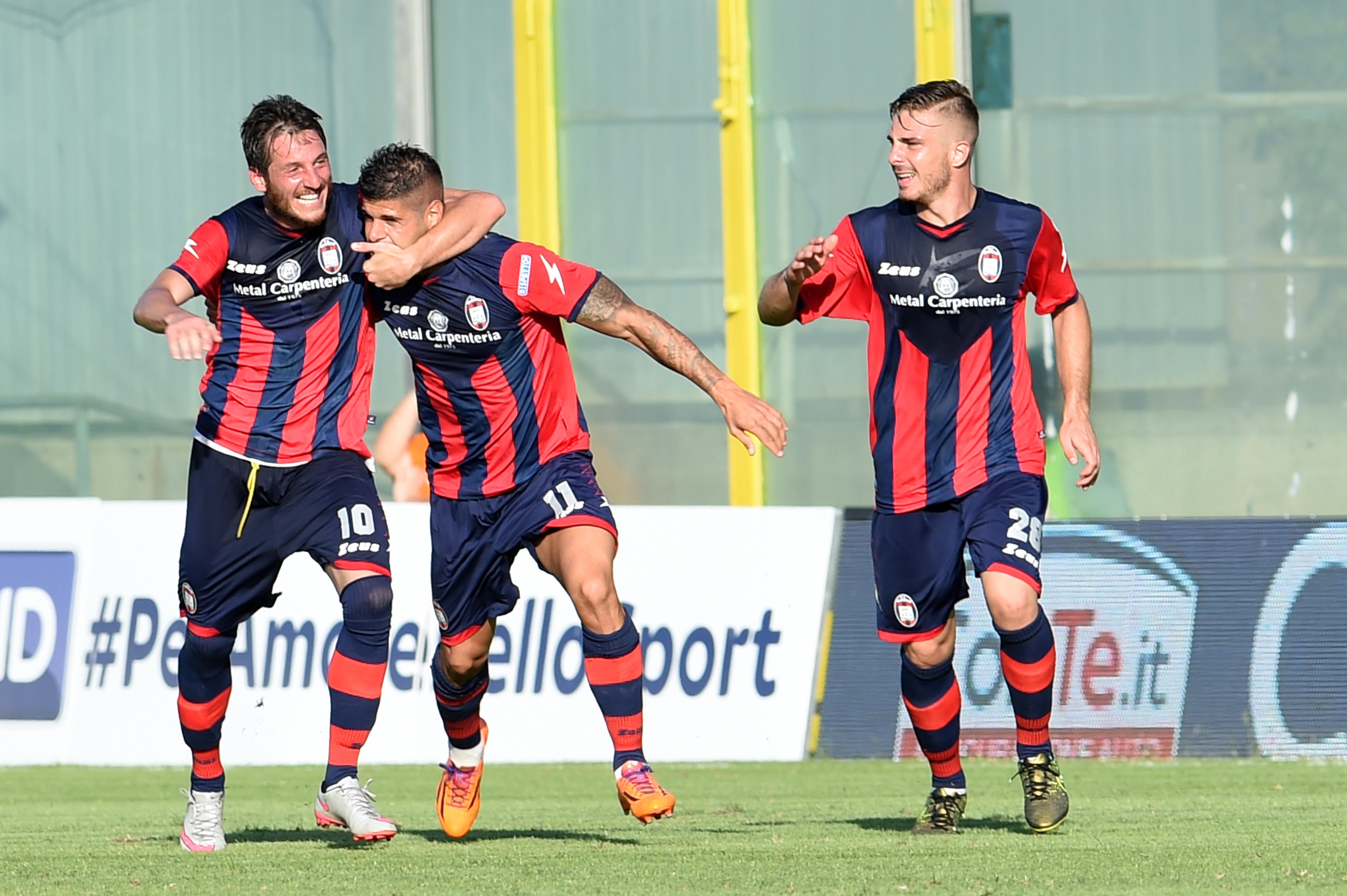 I giocatori del Crotone esultano dopo un gol