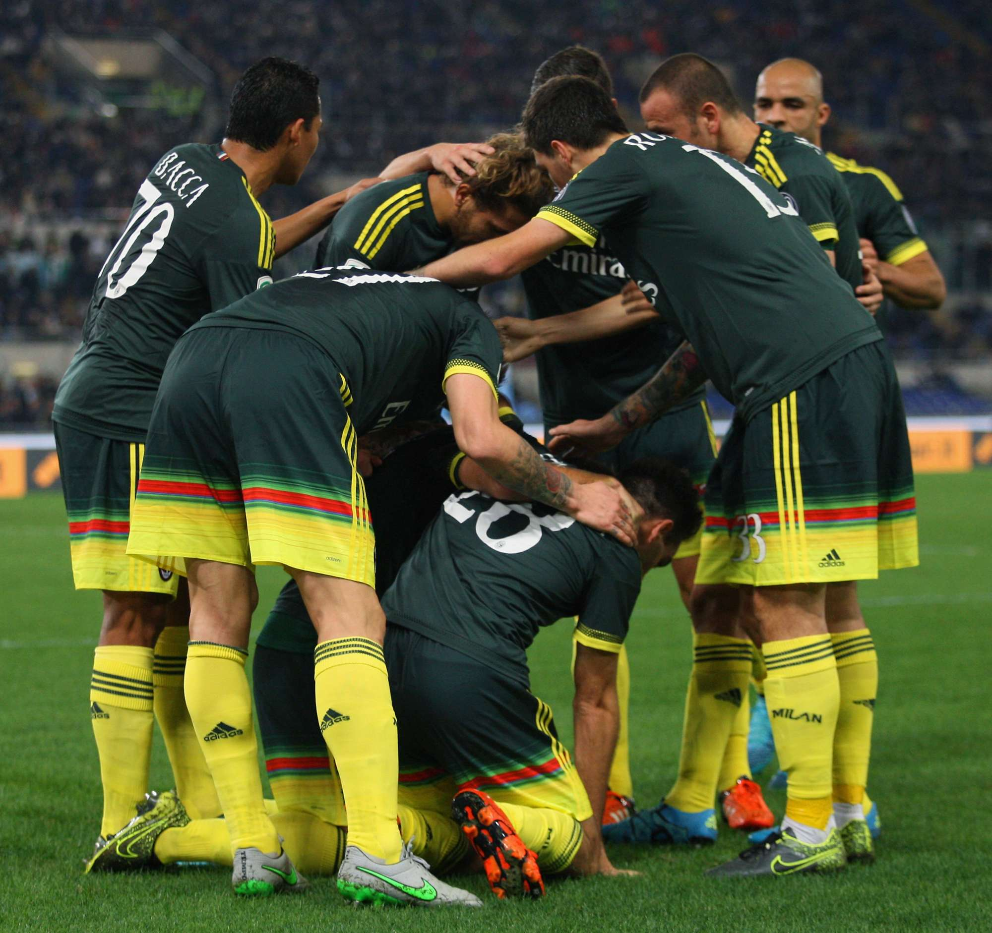 Il Milan festeggia il gol di Bertolacci
