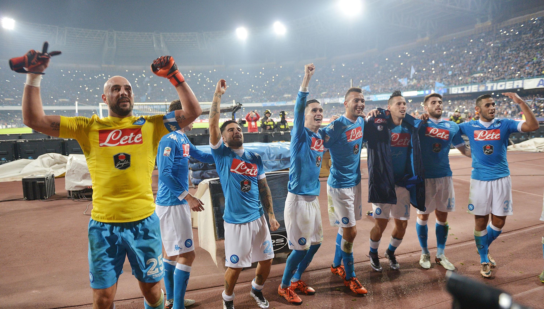 I giocatori del Napoli esultano sotto la Curva a fine partita