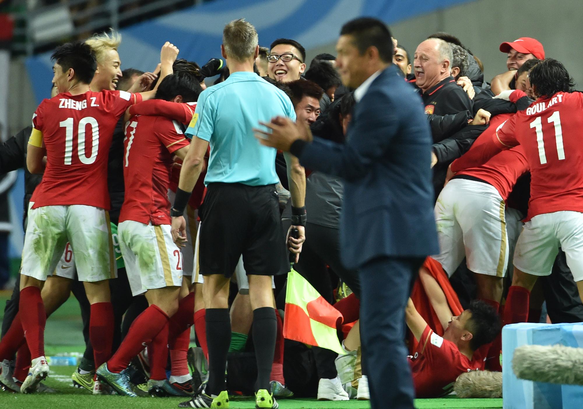 I giocatori del Guangzhou festeggiano l'1-0 di Paulinho contro il Club America