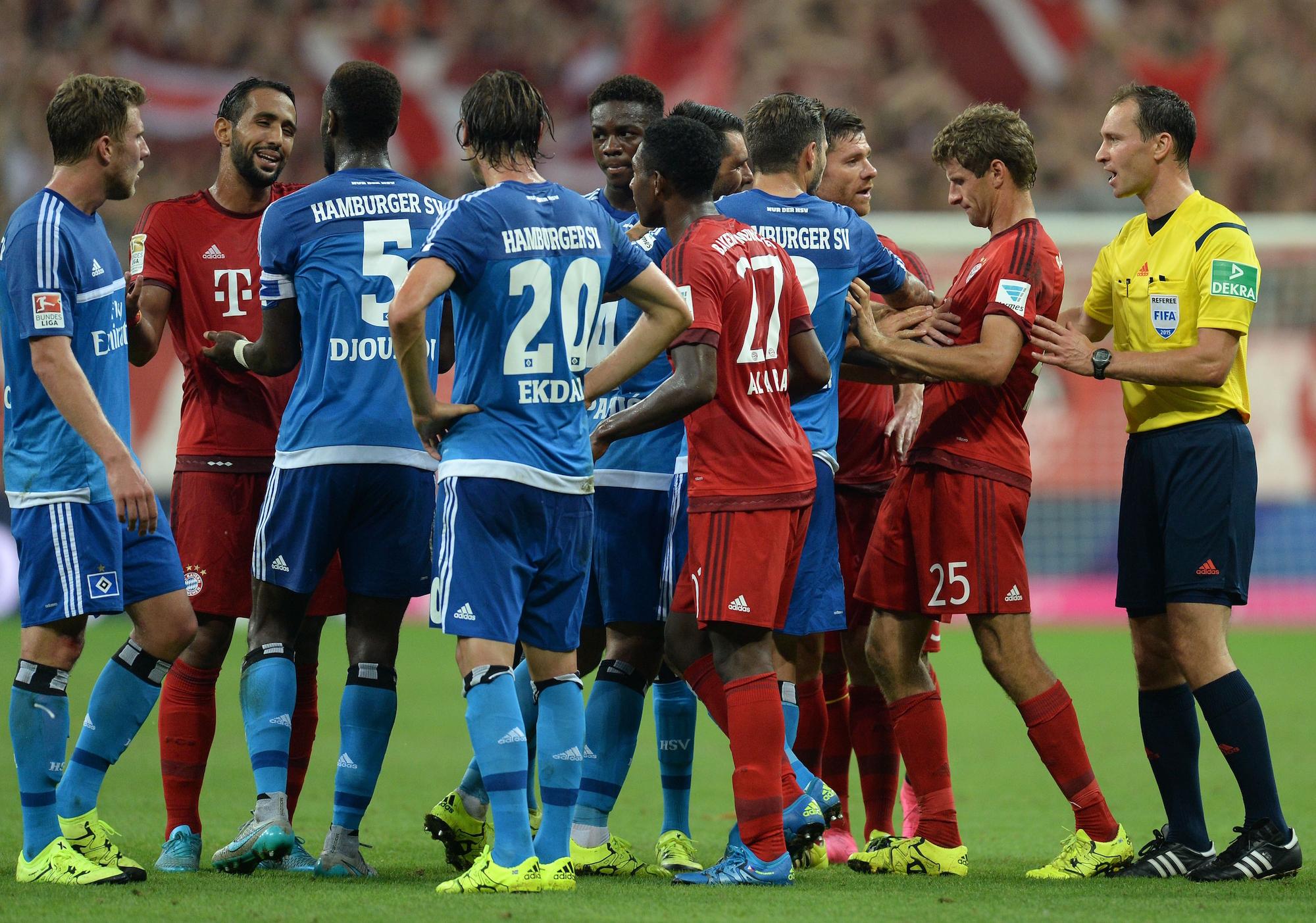 Un momento della sfida fra Bayern Monaco e Amburgo alla prima giornata di campionato