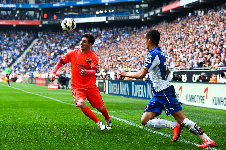Lucas Vazquez in uno scontro di gioco con Leo Messi