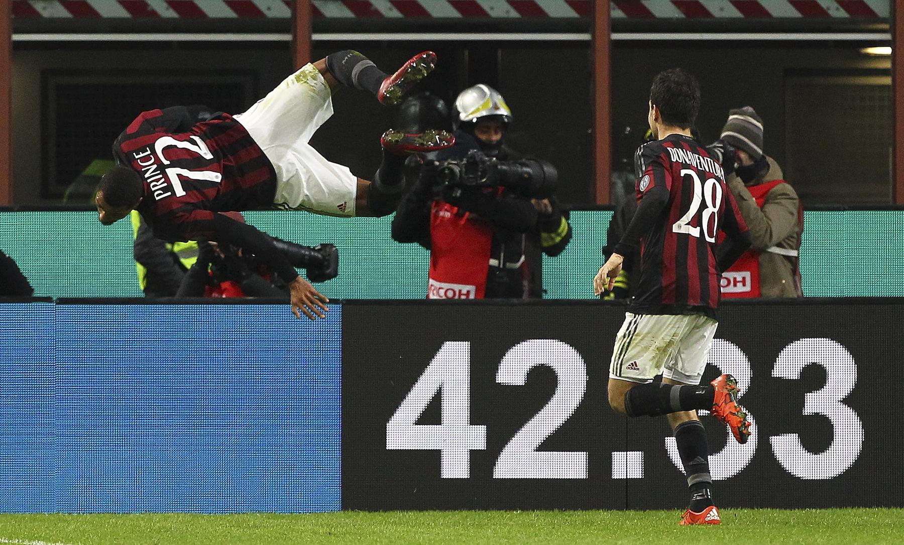 Kevin Prince Boateng esulta con la sua classica carpiola volante dopo il gol del 2-0 alla Fiorentina