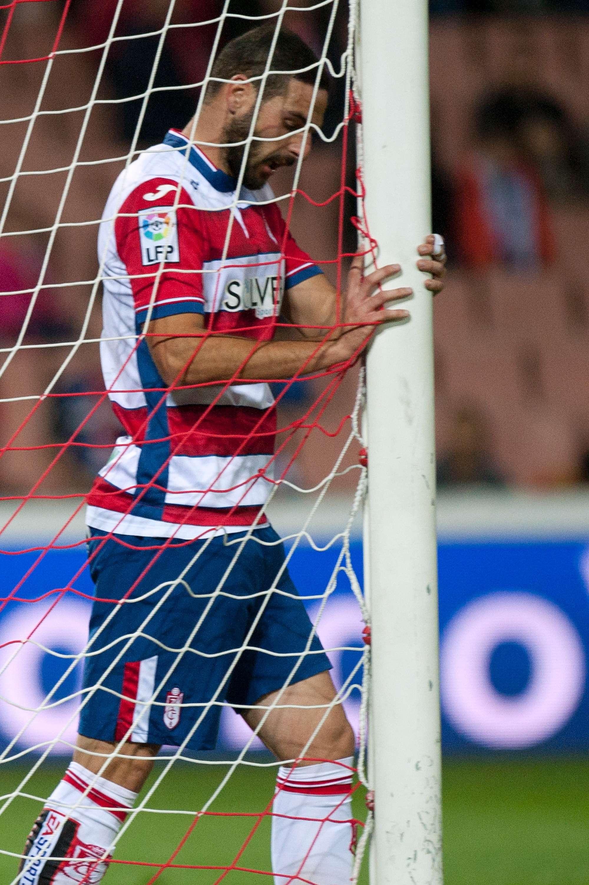 David Rodriguez (Granada) raccoglie un pallone in rete dopo il gol subito nel match con l'Atletico Madrid