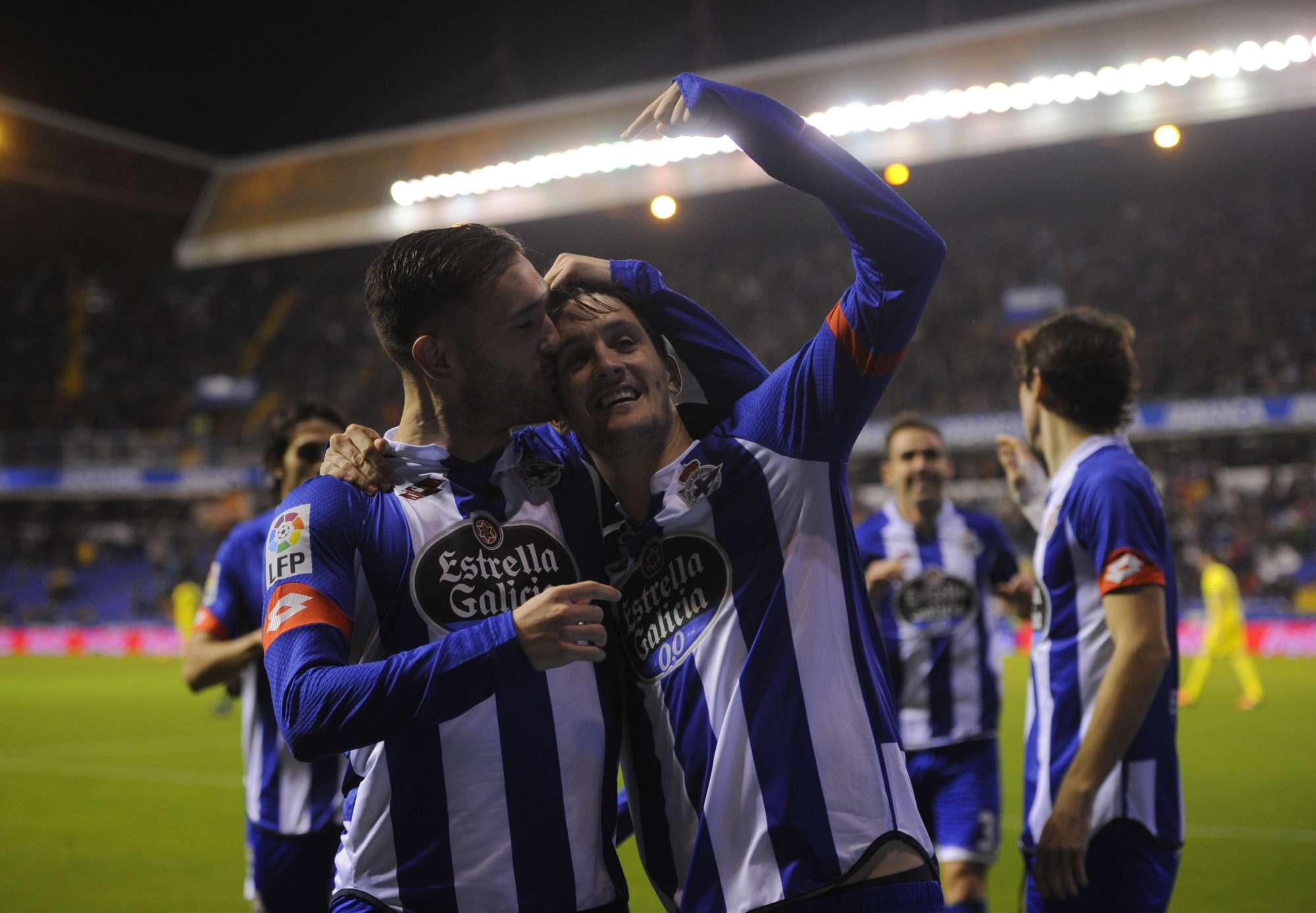 Luis Alberto (Deportivo) celebra un gol con Lucas Perez