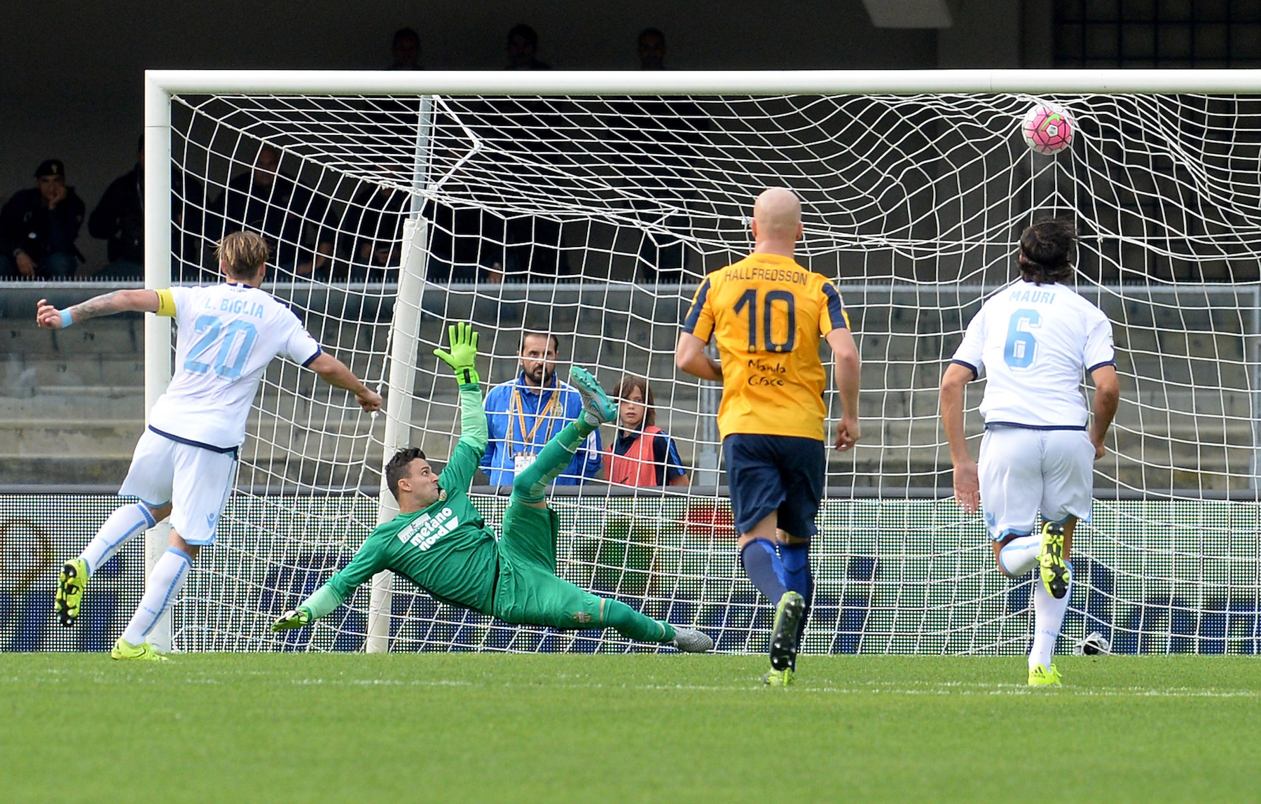 Lucas Biglia segna dagli undici metri il gol del momentaneo 1-0 durante la partita d'andata