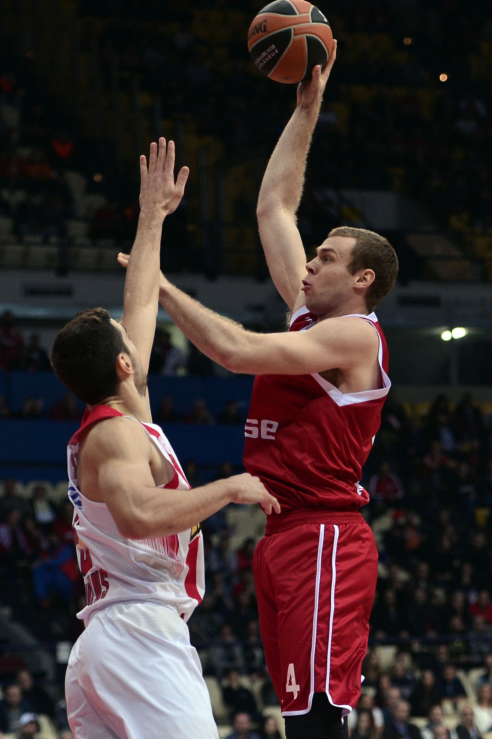Brose Baskets Bamberg's Nicolo Melli (R) tries to score past Olympiakos Piraeus' Ioannis Papapetrou during the Euroleague Top 16 basketball match at the Peace and Friendship stadium in Piraeus near Athens on January 15, 2016. / AFP / LOUISA GOULIAMAKI (Photo credit should read LOUISA GOULIAMAKI/AFP/Getty Images)
