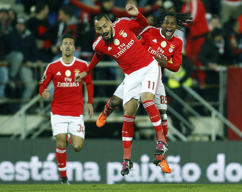 Mitroglou festeggia un gol del Benfica con Renato Sanches