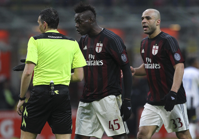 Le proteste di Balotelli e Alex dopo una decisione poco gradita da parte dell'arbitro