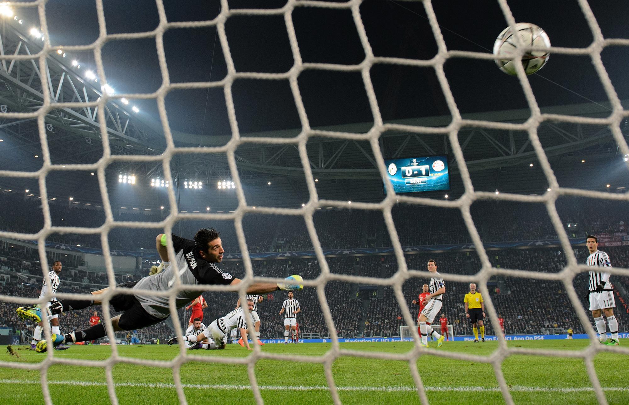 Buffon osserva il pallone calciato da Robben insaccarsi alle sue spalle per il momentaneo gol de 2-0