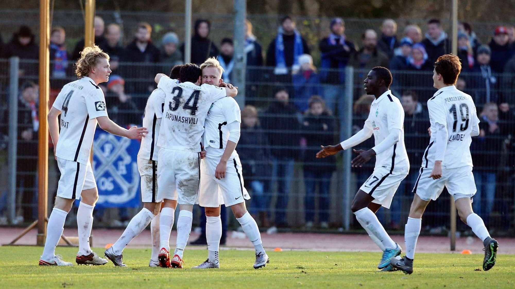 Marcel Hilssner festeggia un gol con i suoi compagni del Werder Brema