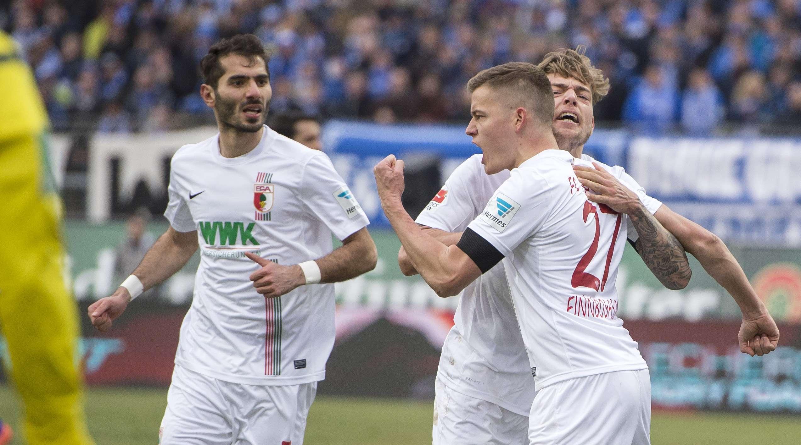 Alfred Finnbogason (Augsburg), festeggia insieme ai compagni il gol nel match contro il Darmstadt