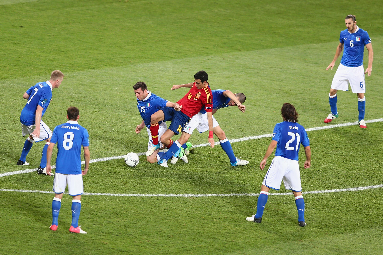 Una discreta attenzione difensiva degli azzurri attorno a Pedro durante la finale di Euro 2012