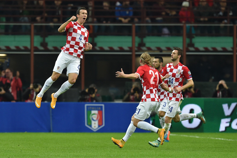 Ivan Perisic esulta dopo aver segnato a San Siro contro l'Italia durante le qualificazioni a Euro 2016