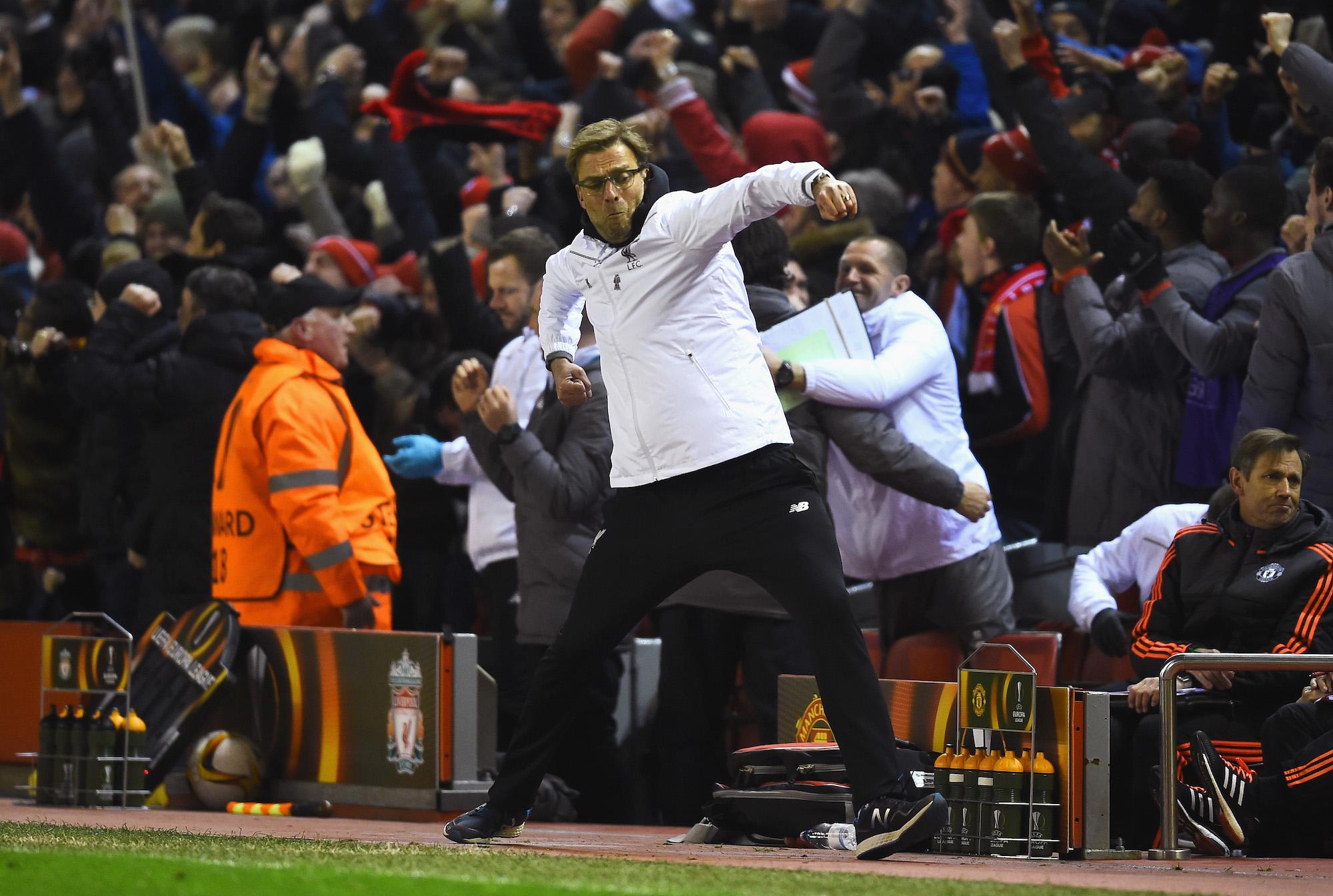 L'esultanza di Jurgen Klopp dopo il gol del 2-0 di Firmino contro il Manchester United nell'andata degli ottavi di Europa League