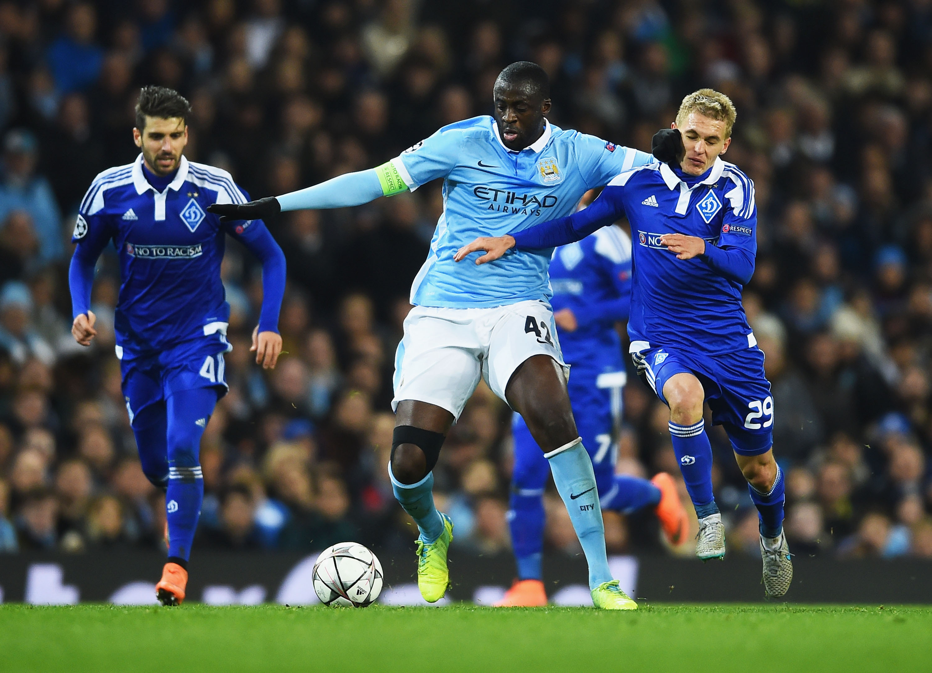 Yaya Touré difende palla dalla pressione di Buyalskiy