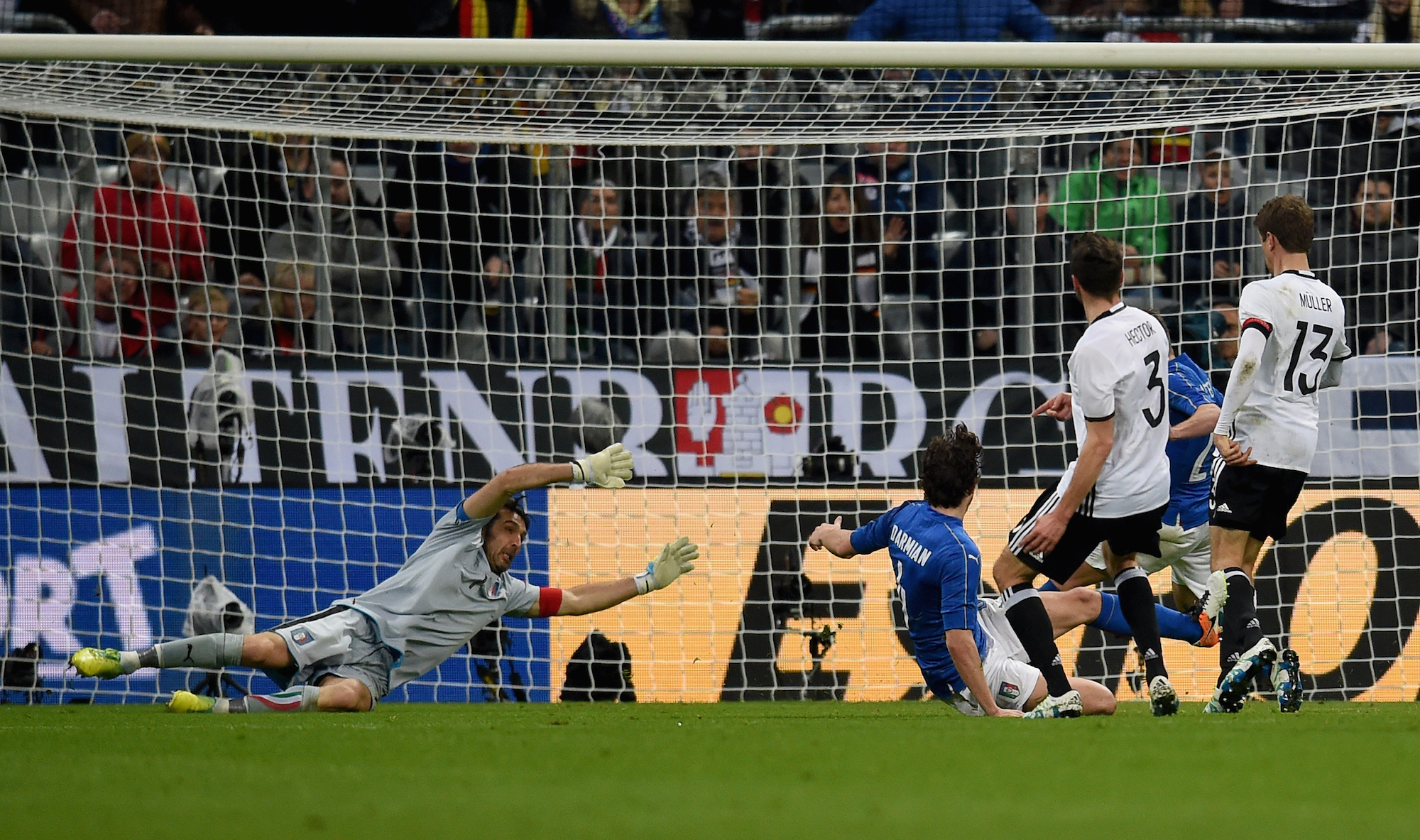 Jonas Hector batte Buffon e segna il terzo gol tedesco