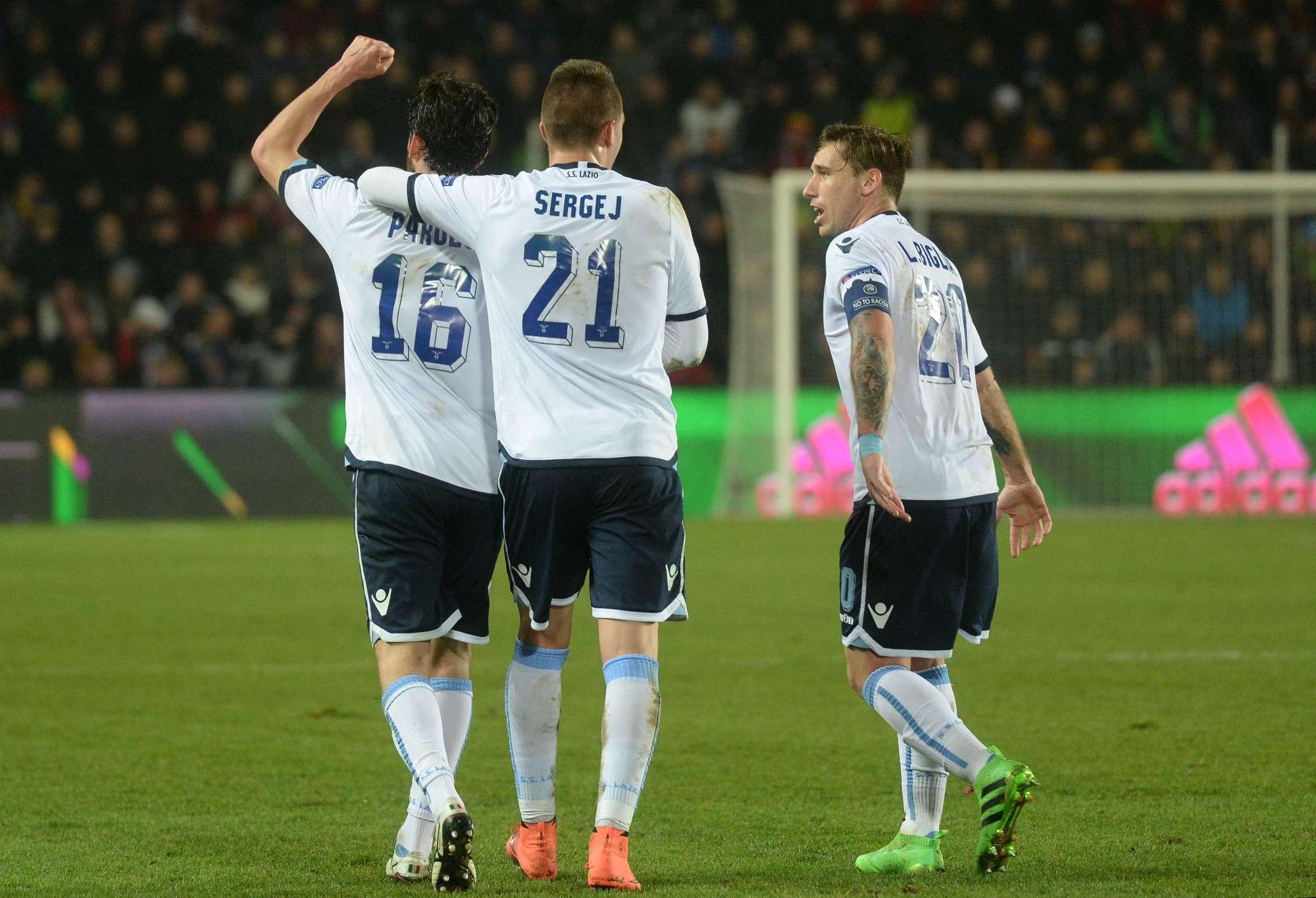 Marco Parolo festeggiato per il gol del pareggio a Praga nell'andata degli ottavi di Europa League