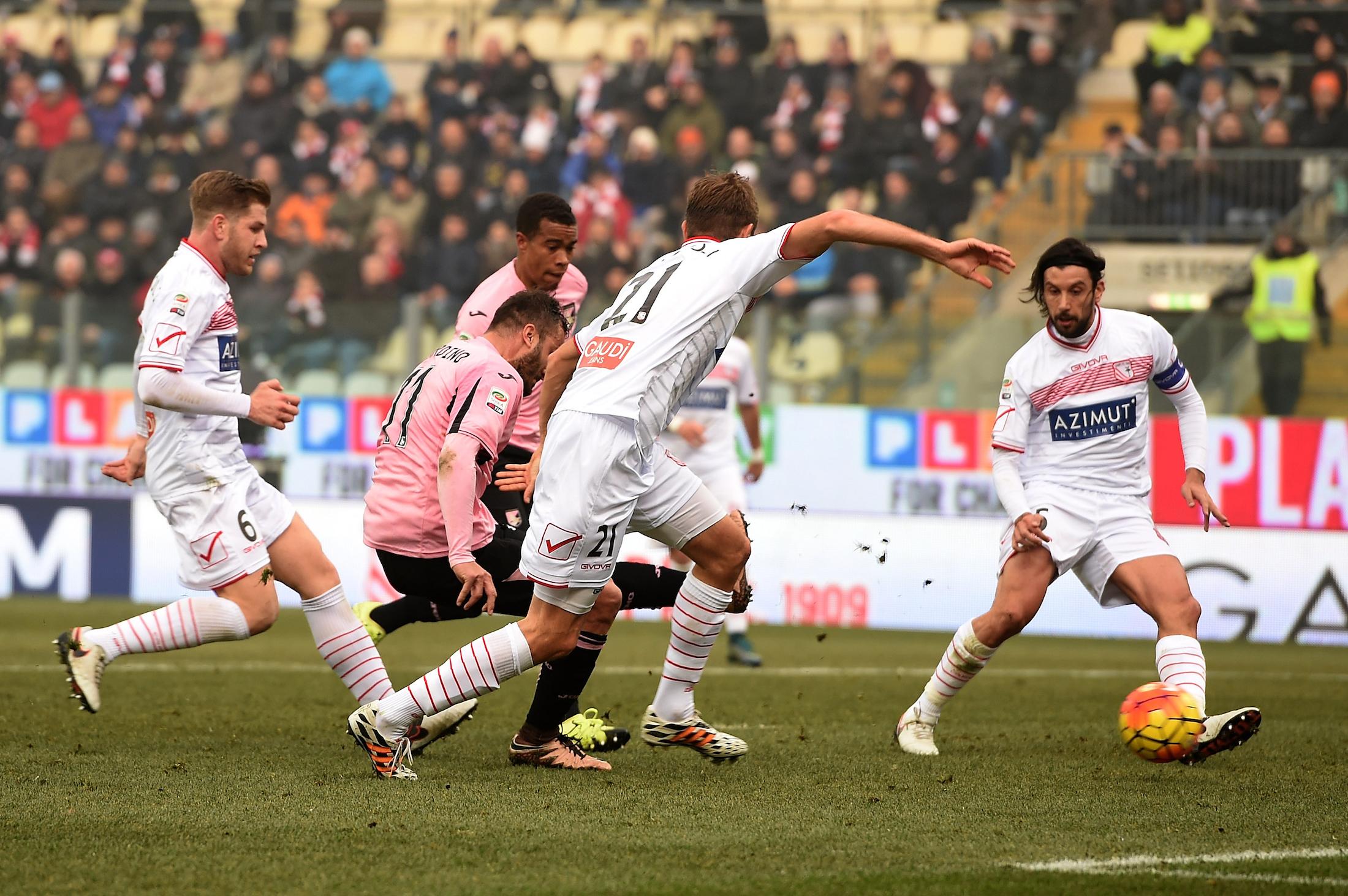 Palermo e Carpi si giocheranno nei prossimi 20 giorni la permanenza in Serie A