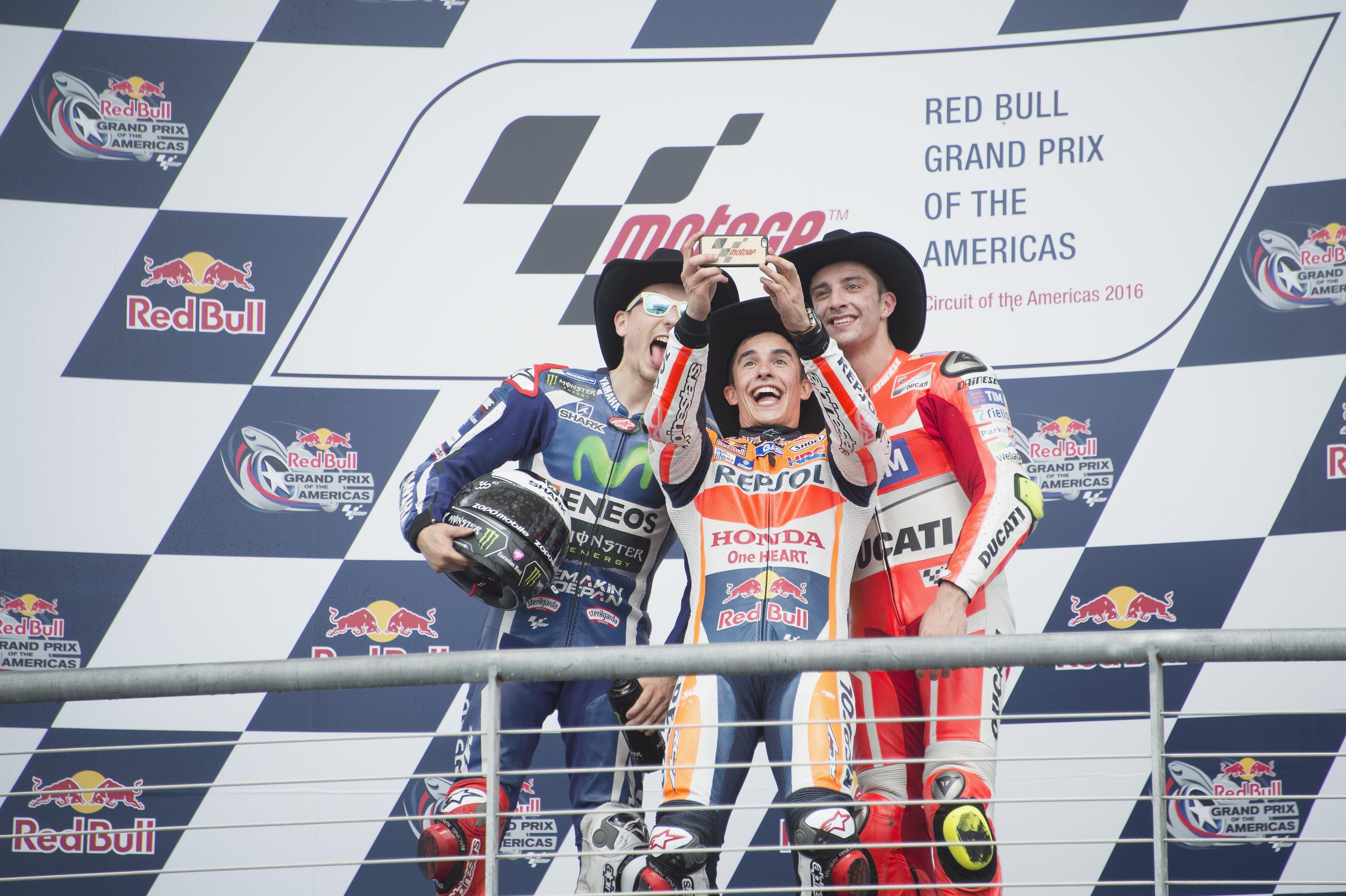 Selfie di gruppo per Marquez, Lorenzo e Iannone sul podio di Austin