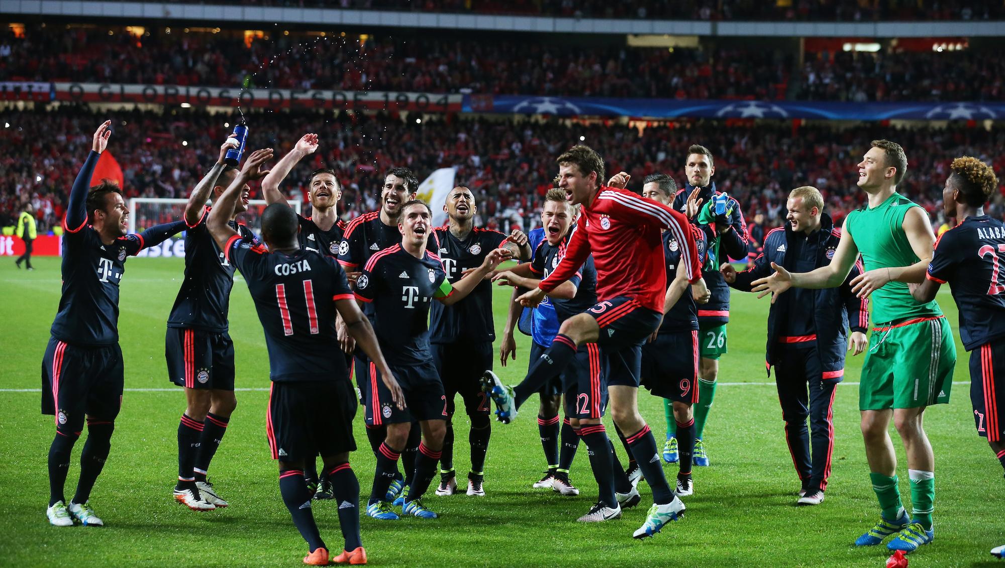 Thomas Muller e compagni festeggiano il passaggio del Bayern in semifinale