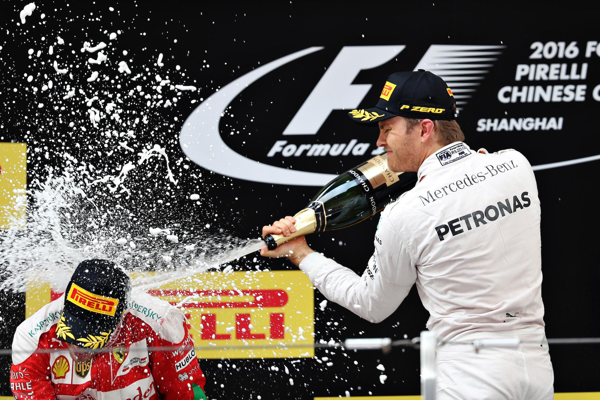 Nico Rosberg festaggia sul podio con Vettel la vittoria nel GP di Shanghai
