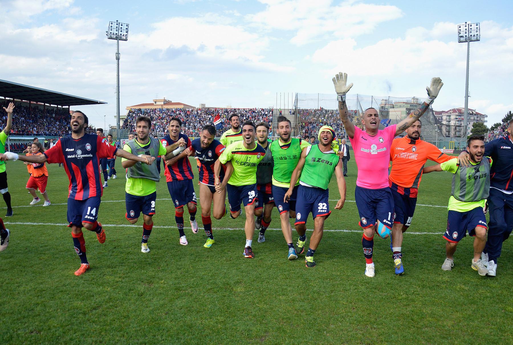 I giocatori del Crotone festeggiano davanti al proprio pubblico dopo la vittoria di settimana scorsa contro il Como