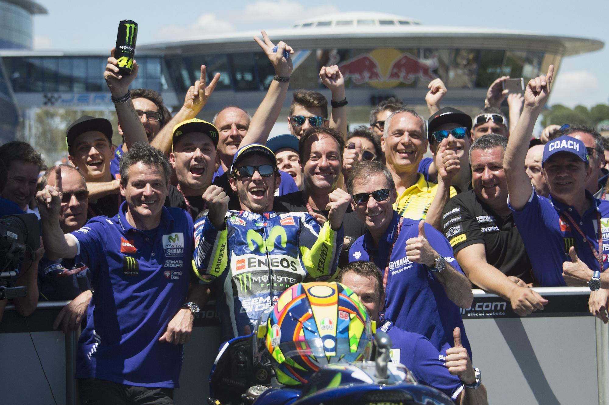 Valentino Rossi festeggia con il proprio team la vittoria di Jerez